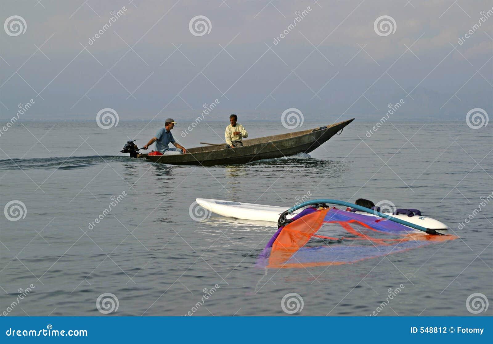 Fartyg som fiskar traditionell surfare