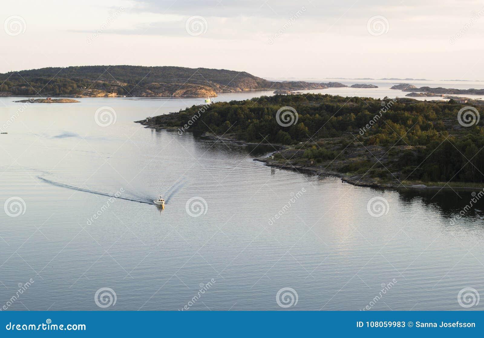Fartyg som kommer in i fjärden som är kust-