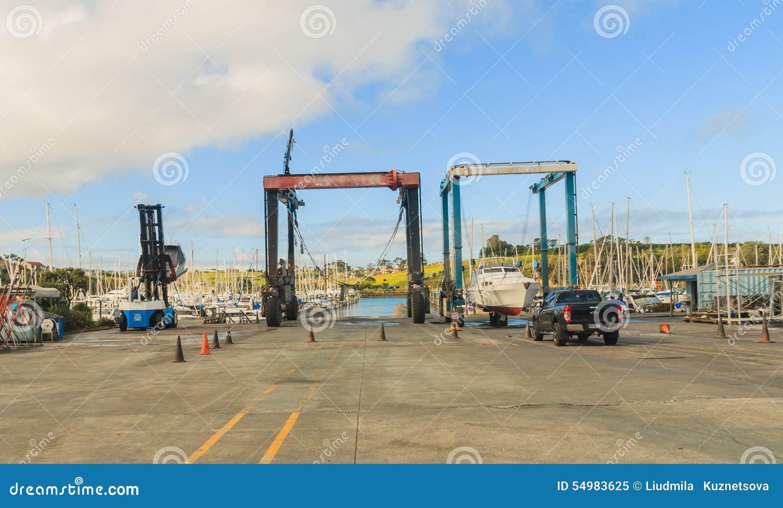 Fartyg sträcker på halsen att lyfta för hamn