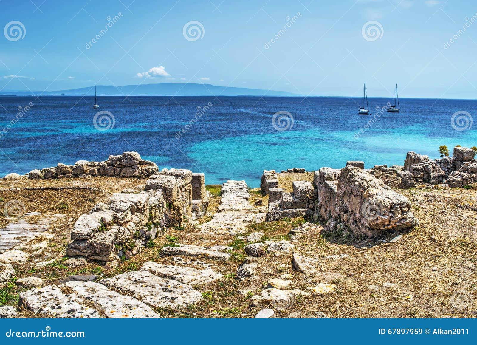 Fartyg vid den Tharros kustlinjen