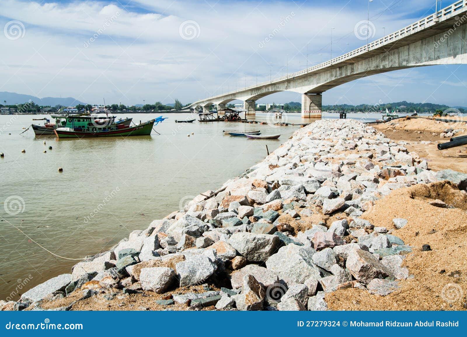 Fartyg vid flodstrand
