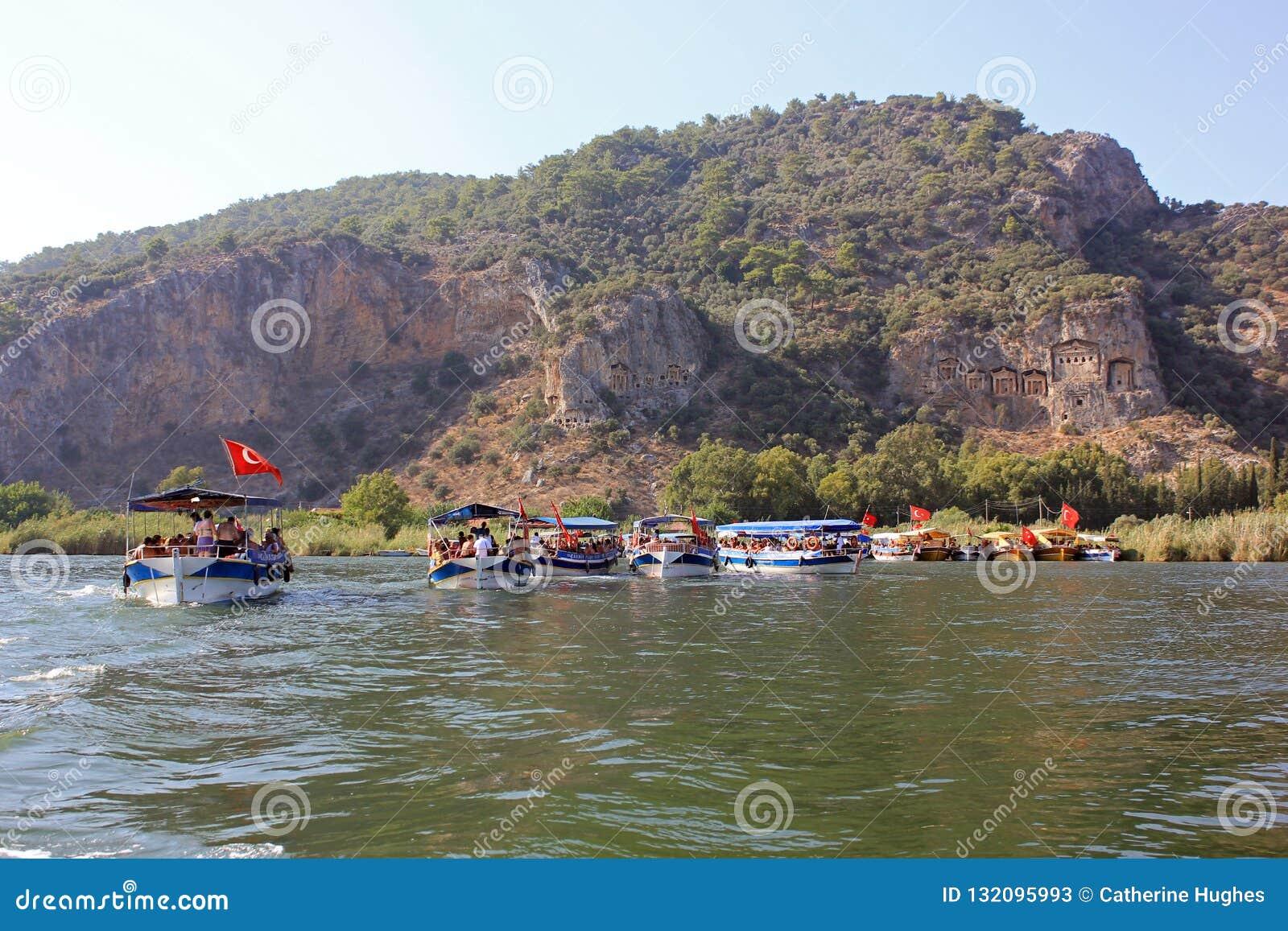 Fartygtur i Turkiet på den Dalyan floden till de forntida Lycian gravvalven