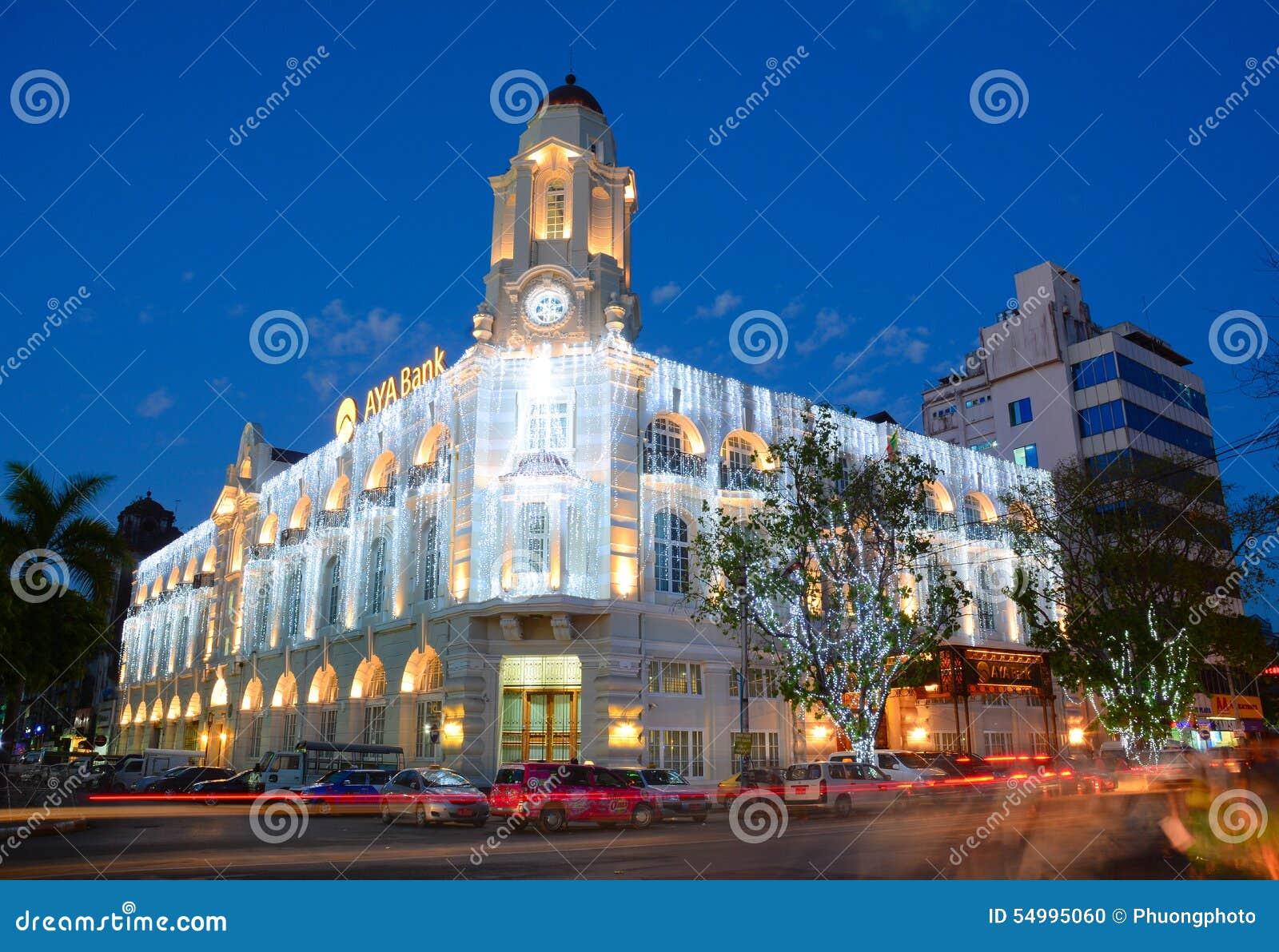 Fasad av AYA Bank byggnad på natten