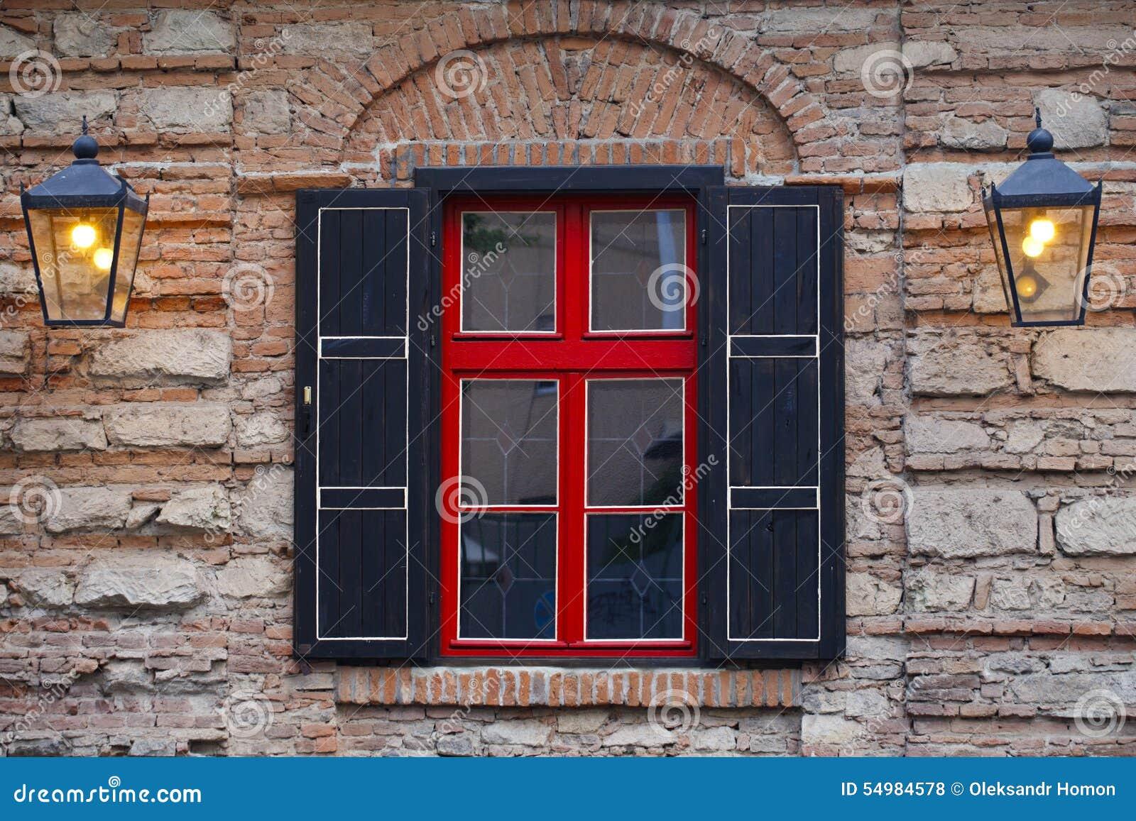 Fasad av byggnaden, fönster en röd svart