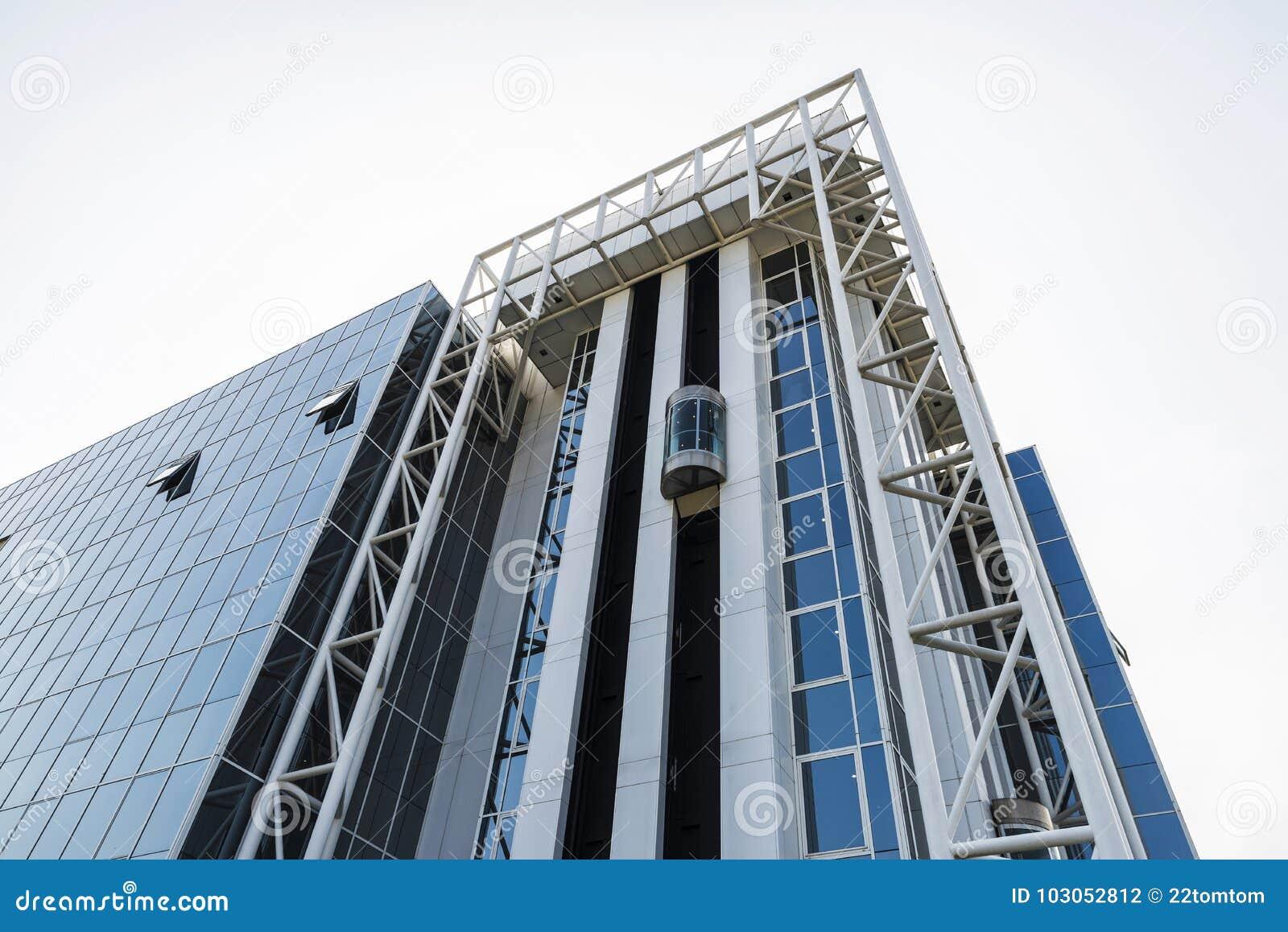Fasad av en modern kontorsbyggnad i Bryssel, Belgien