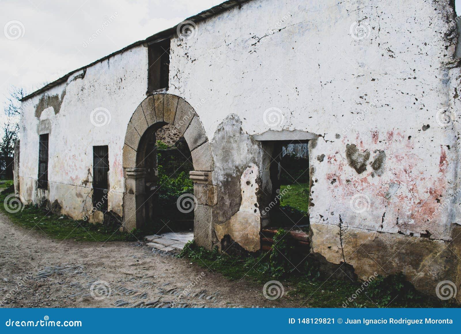Fasada porzucająca w wiosce stary szpital