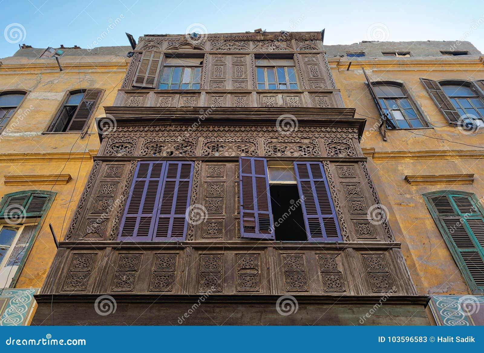 Fasada stary budynek mieszkalny z drewnianą ozdobną grawerującą ścianą, kolor żółty malował ściennego, i fiołek malował drewniany