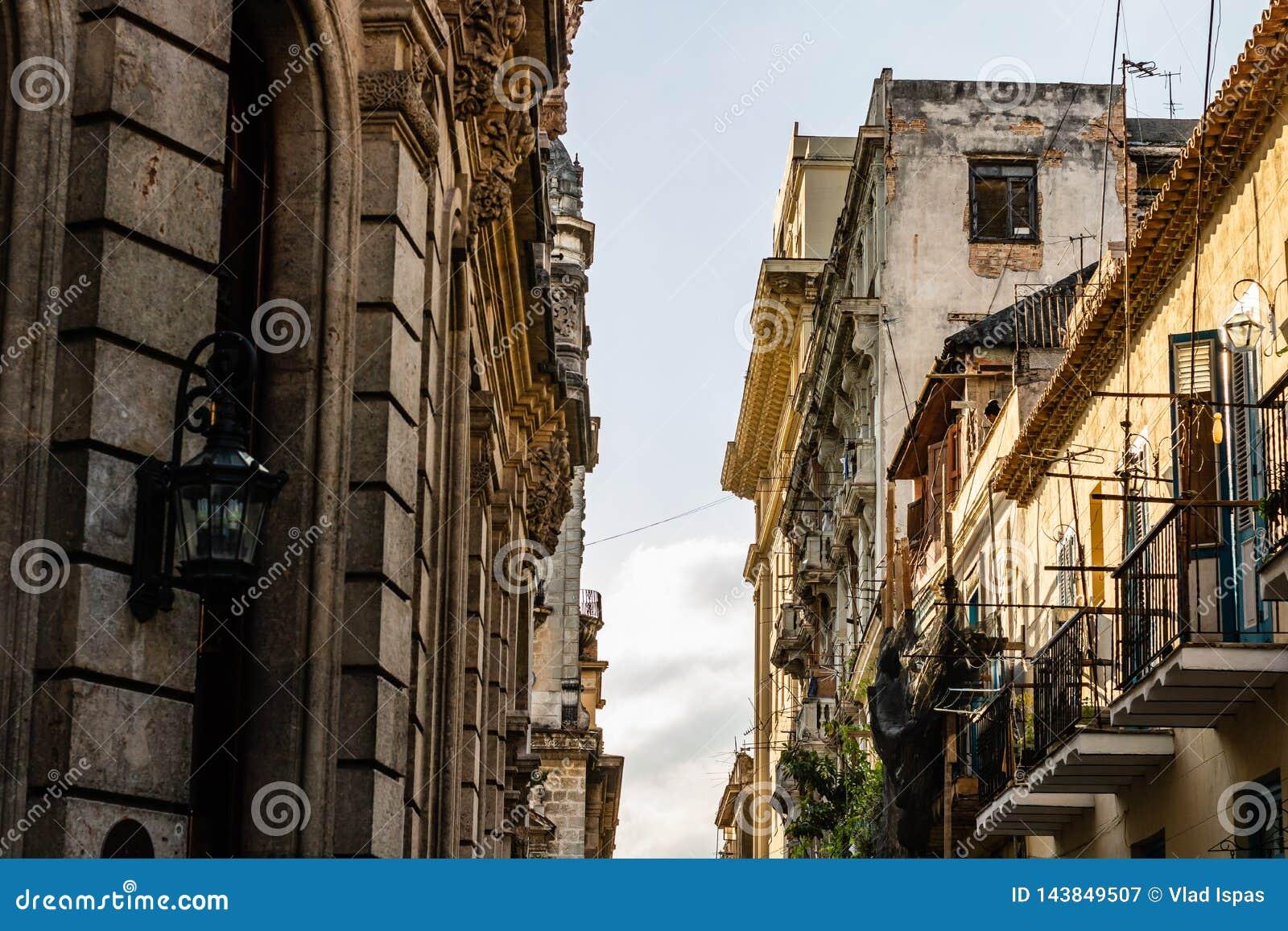 Fasada starzy kolonialni budynki w Hawańskim, Kuba