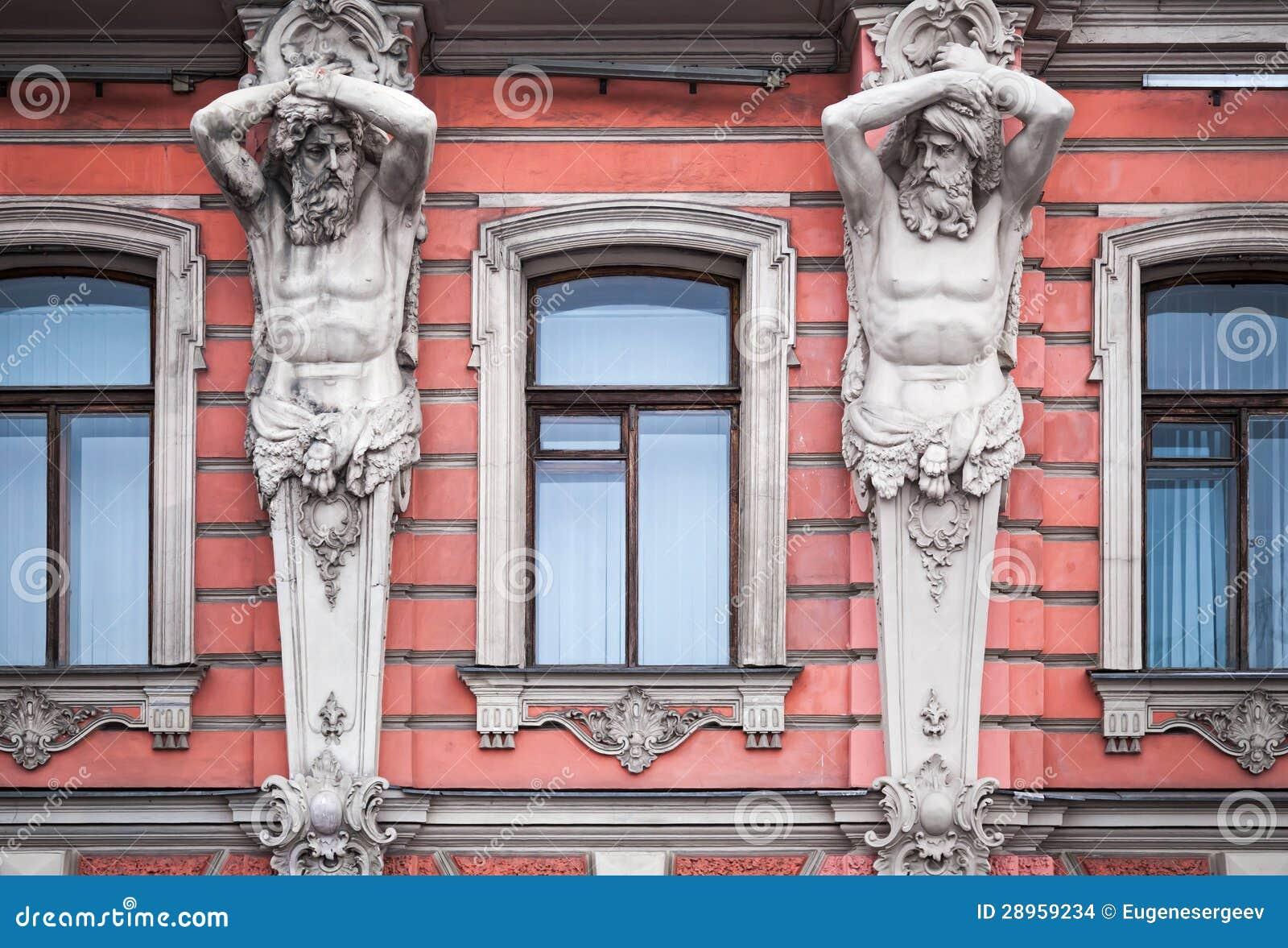 Fasada z mężczyzna statuami stary pałac