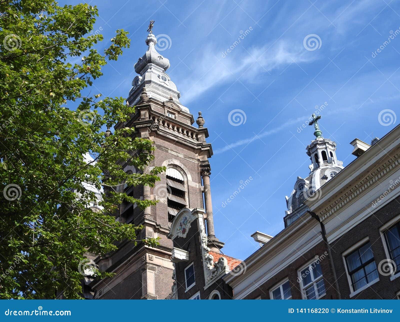 Fasady i architektura budynki w Amsterdam na jasnym dniu
