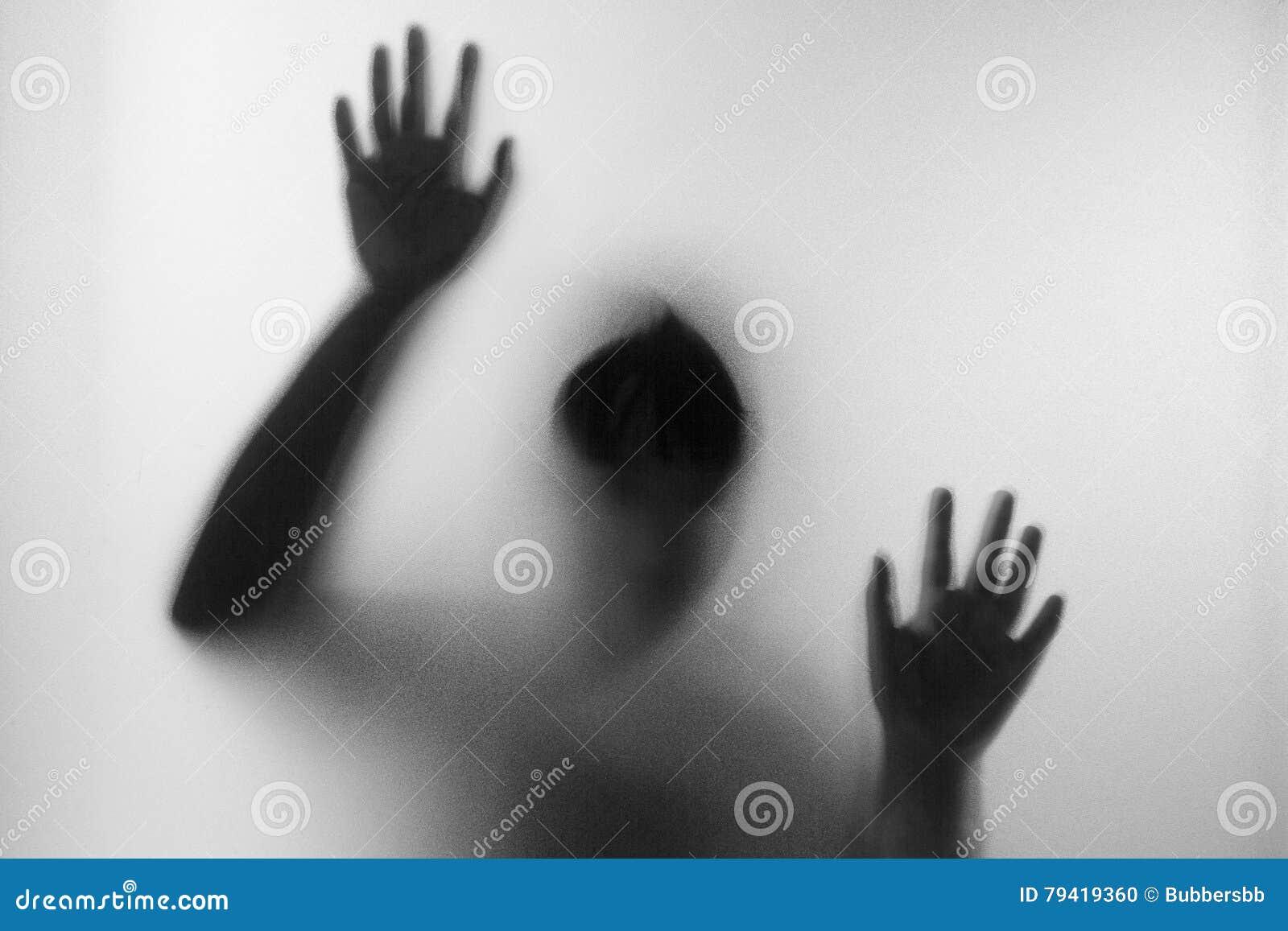 Fasakvinna bak det matte exponeringsglaset i svartvitt Oskarp hand och kroppdiagram abstraktion anmärkningar för bakgrundsslagträ