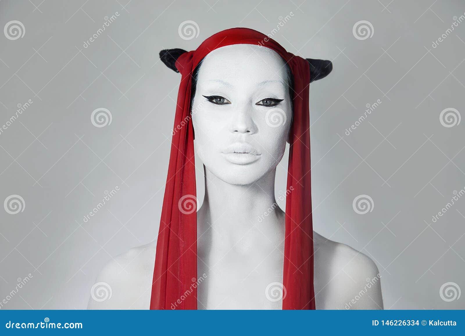 Fascino creativo Ragazza con il fronte bianco Trucco pazzo di modo, accessorio e acconciatura creativa bellezza Bella donna Modo