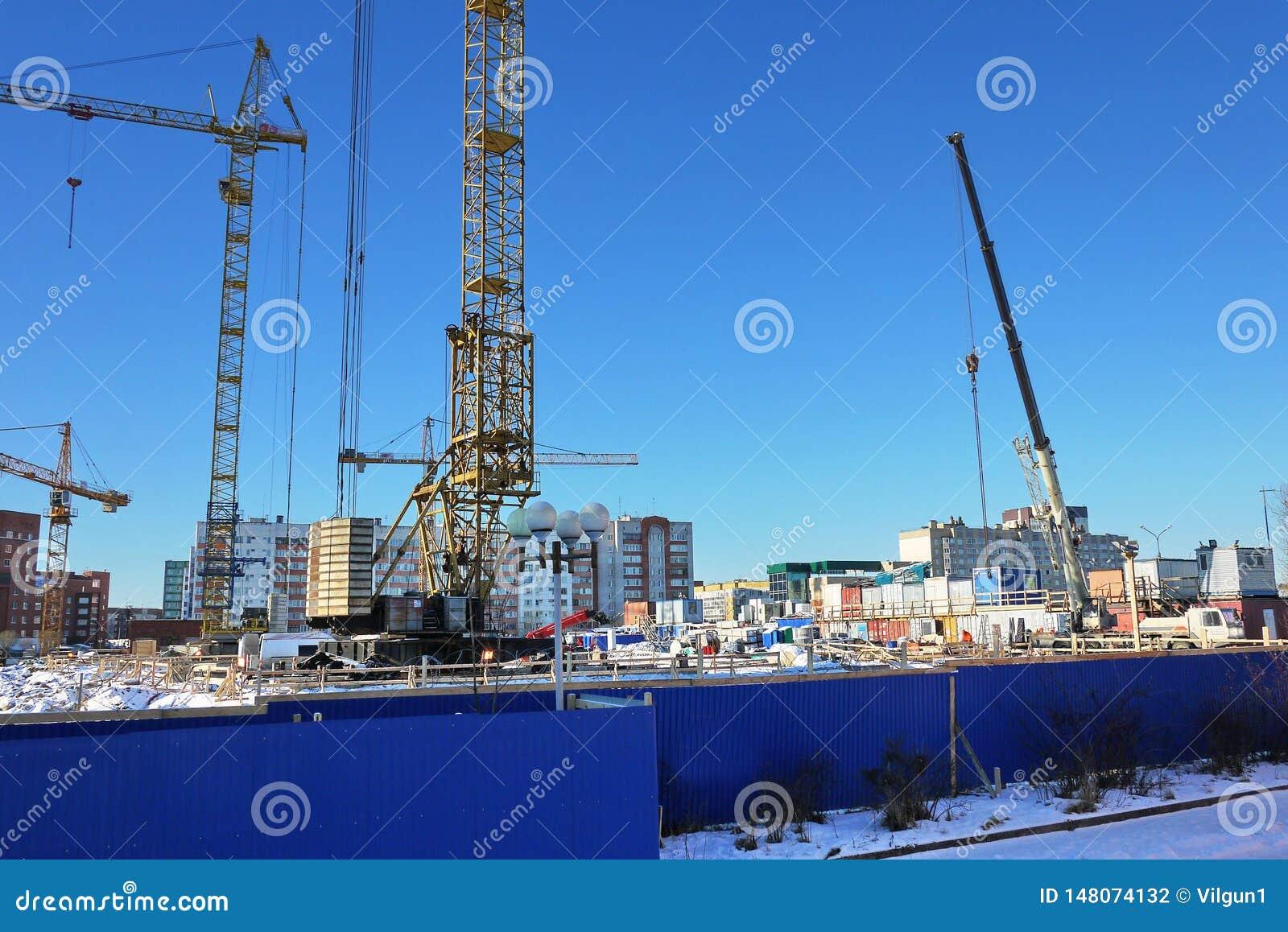 Fases de construção de uma construção do multi-andar O derramamento do concreto e ereção de assoalhos dos painéis Detalhes e clos