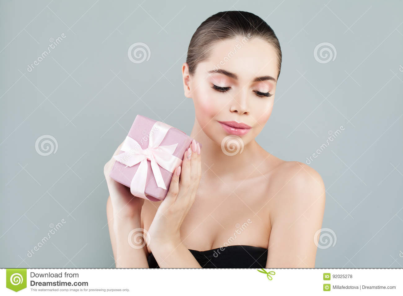 Fashion Beauty Portrait of Stylish Woman with Gift Box