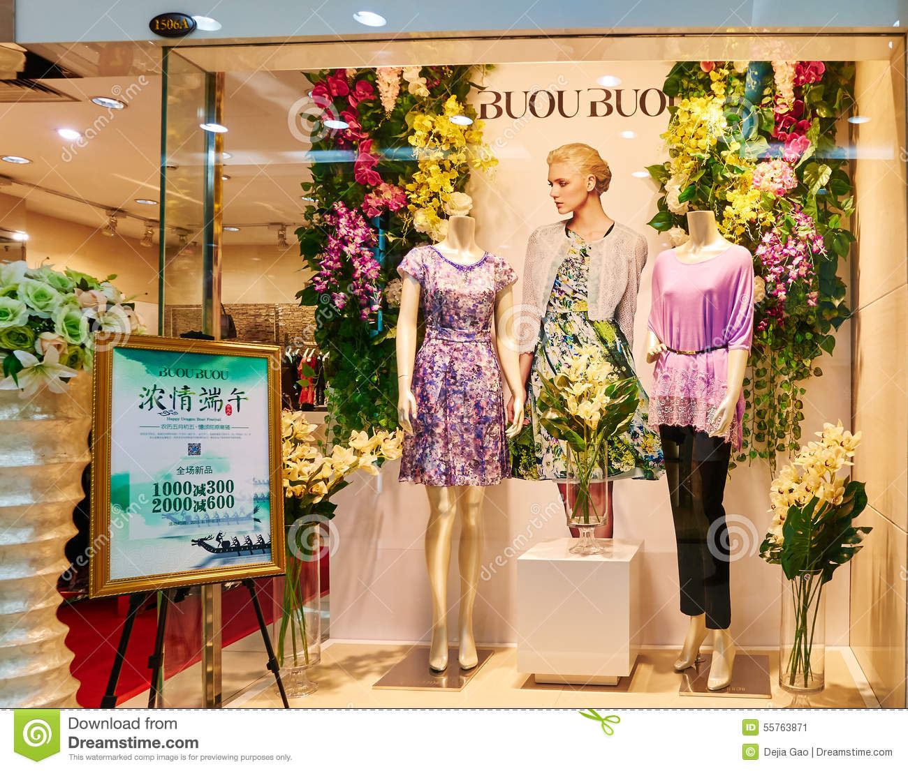 Fashion boutique clothes shop clothing store window for Boutique decoration interieur