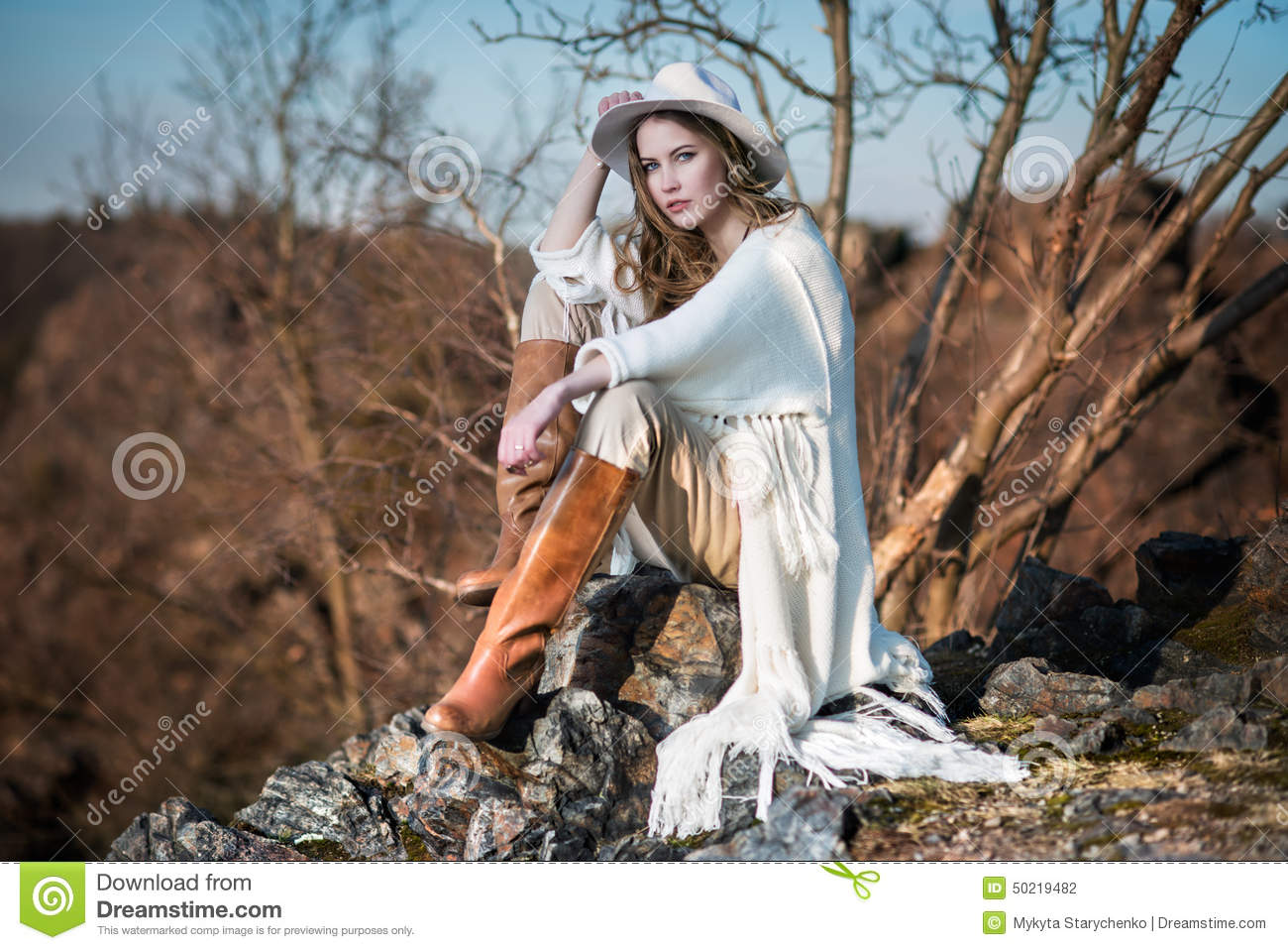 Fashion woman in country style sitting on the canyon rock for Mode country chic