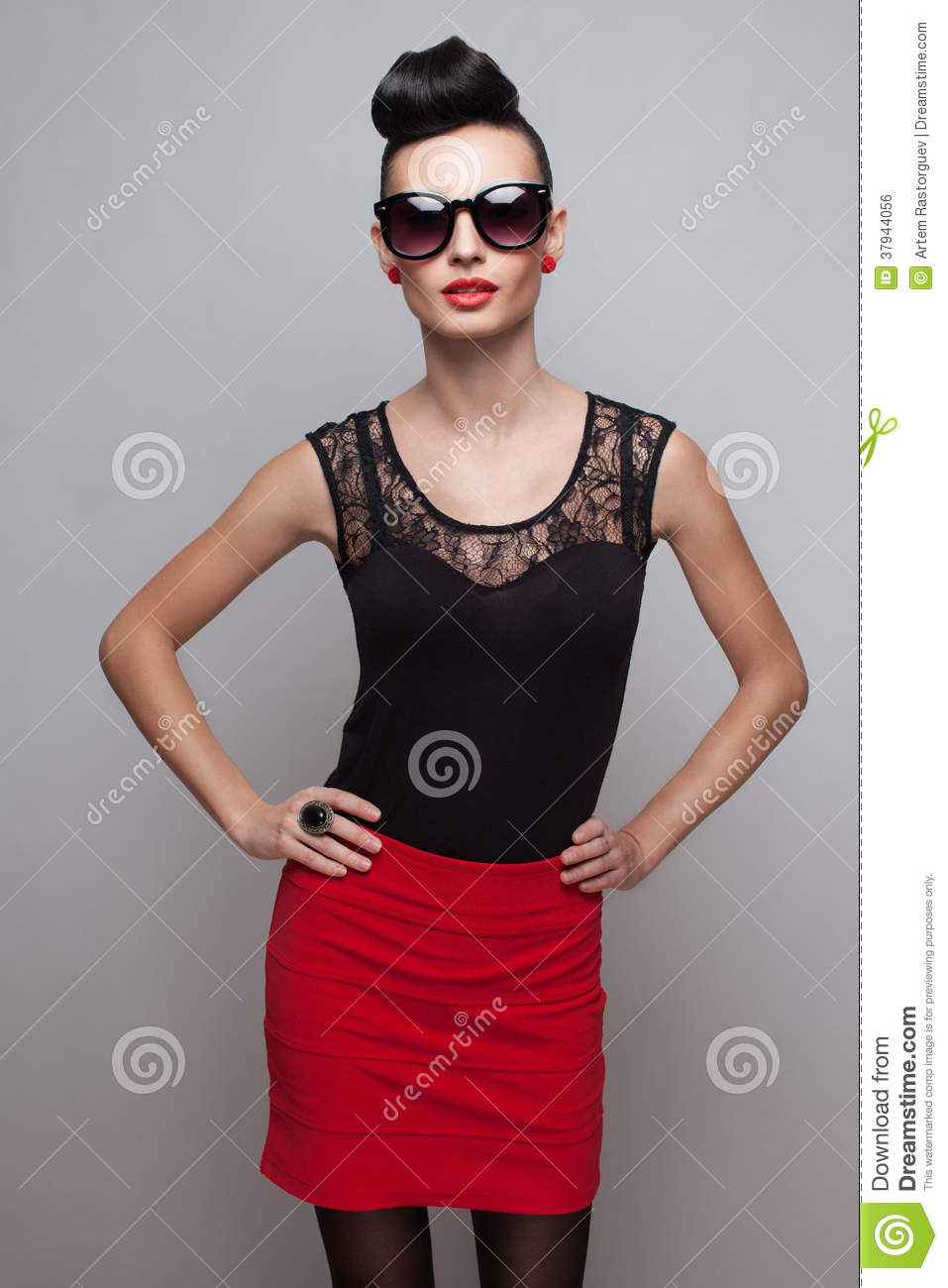 Fashionable woman in round sunglasses