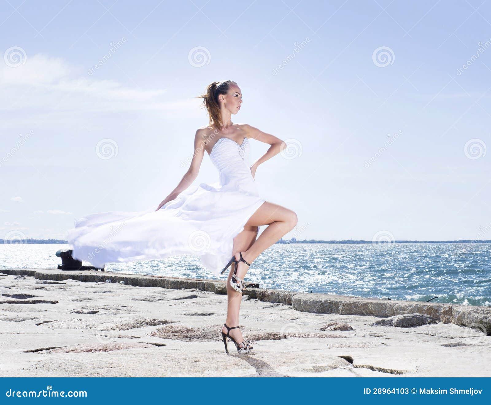 Fasonuje krótkopędu młoda kobieta na dennym tle