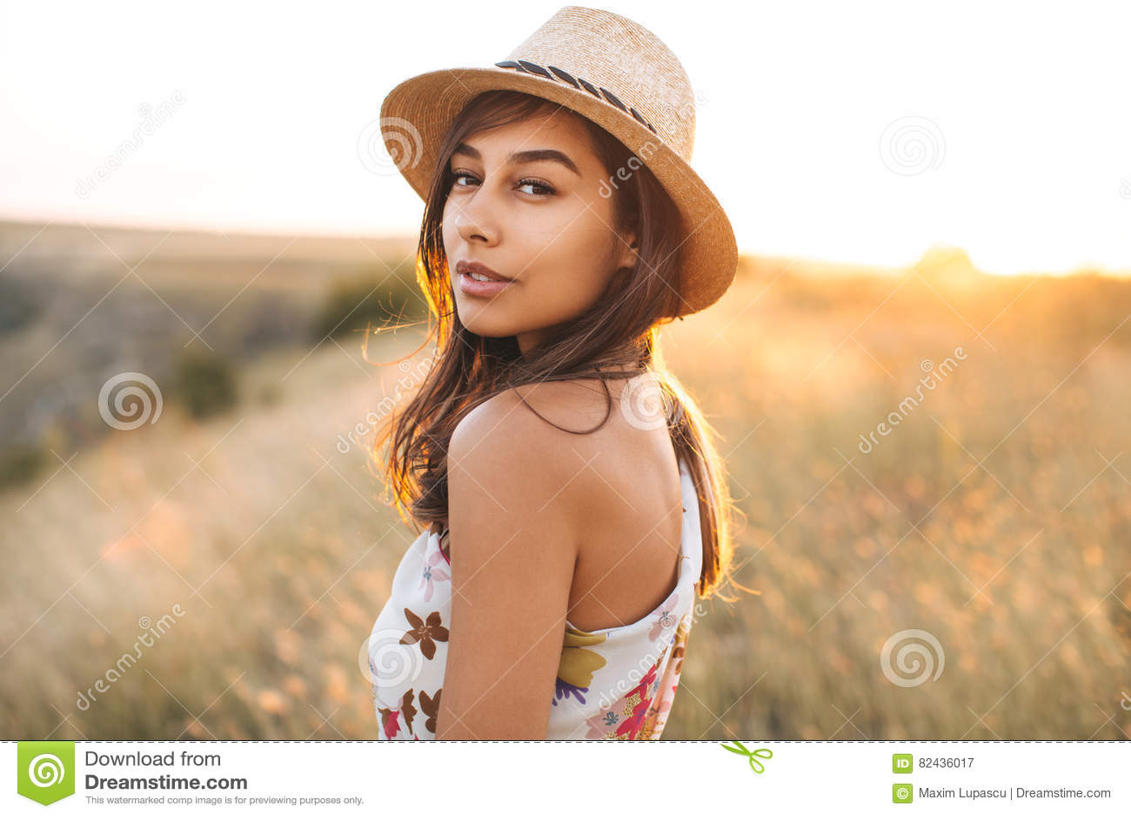 Fasonuje portret ładnej słodkiej młodej kobiety ma zabawę z lizakiem nad białym tłem