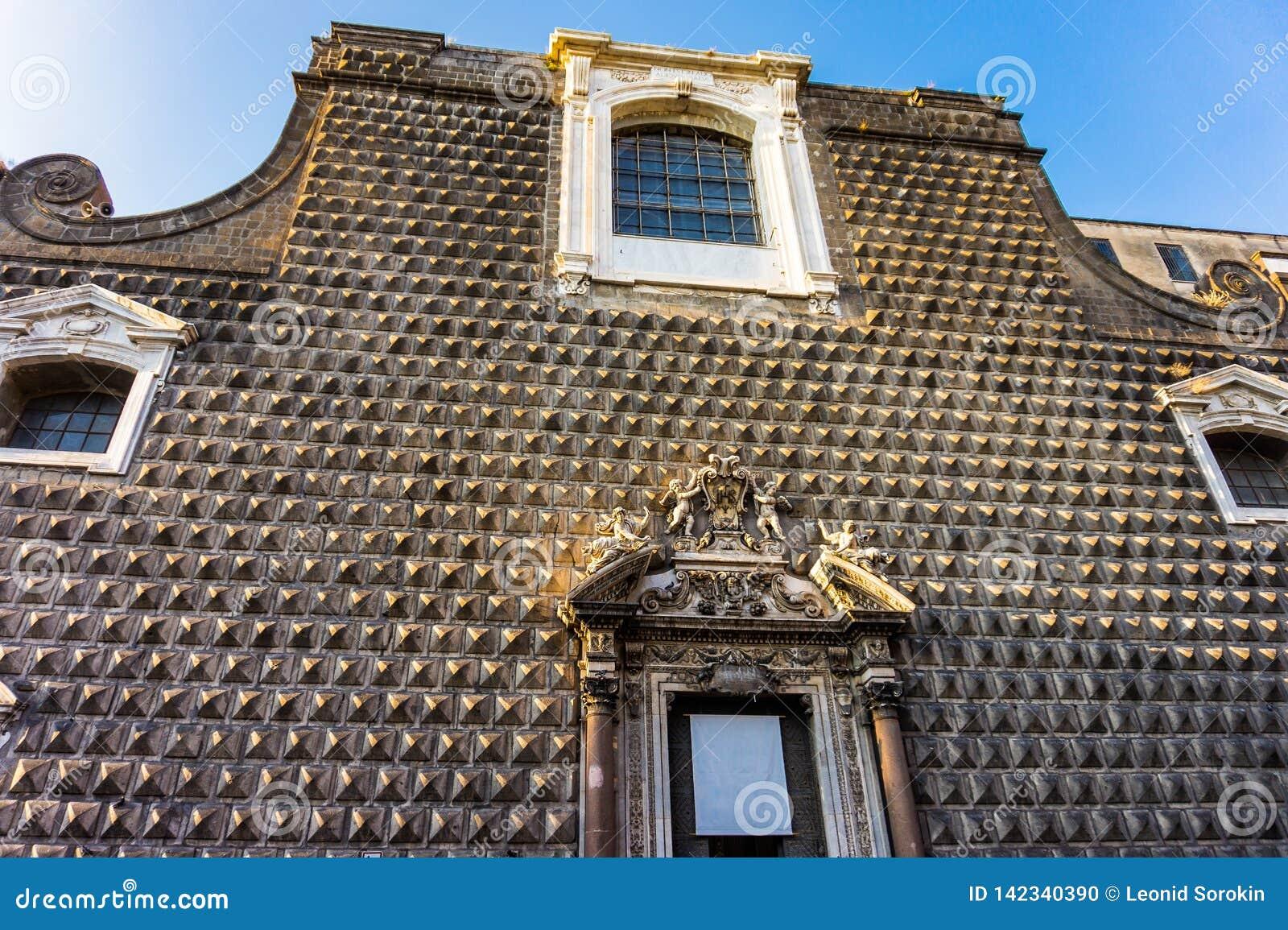Fassade der Kirche Gesu Nuovo von Neapel mit Pyramidenverdrängungen