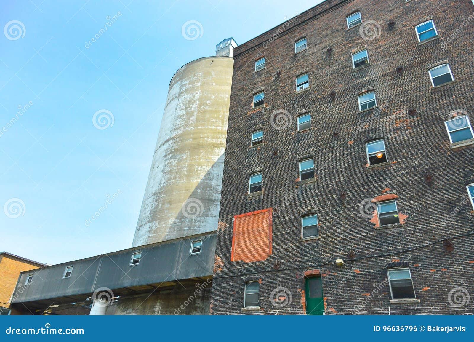 Fassadenansicht der Backsteinmauer und des Fensters des alten Zuckerfabrikgebäudes