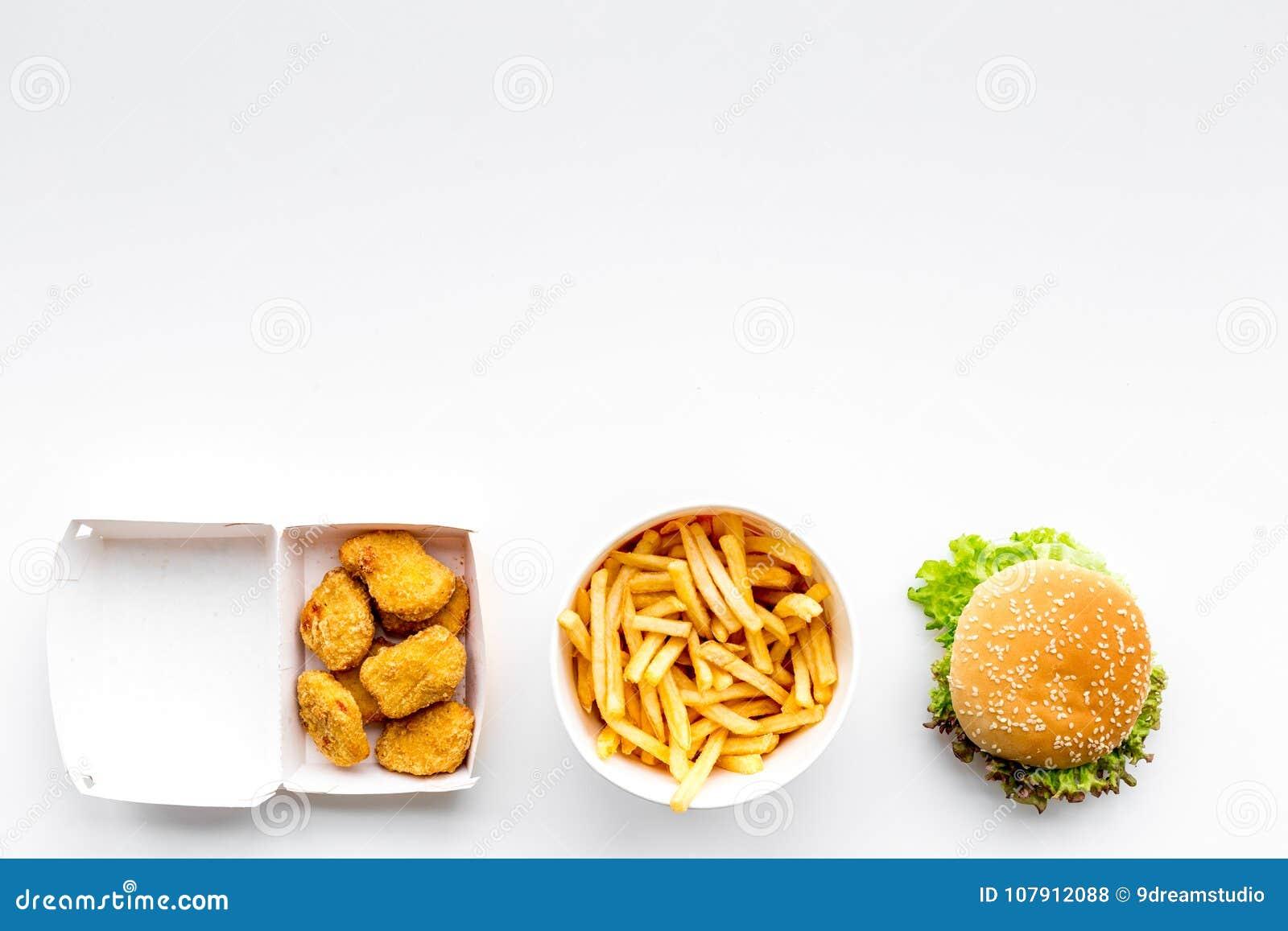 Fast food Chiken bryłki, hamburgery i francuzów dłoniaki na białej tło odgórnego widoku przestrzeni dla teksta,