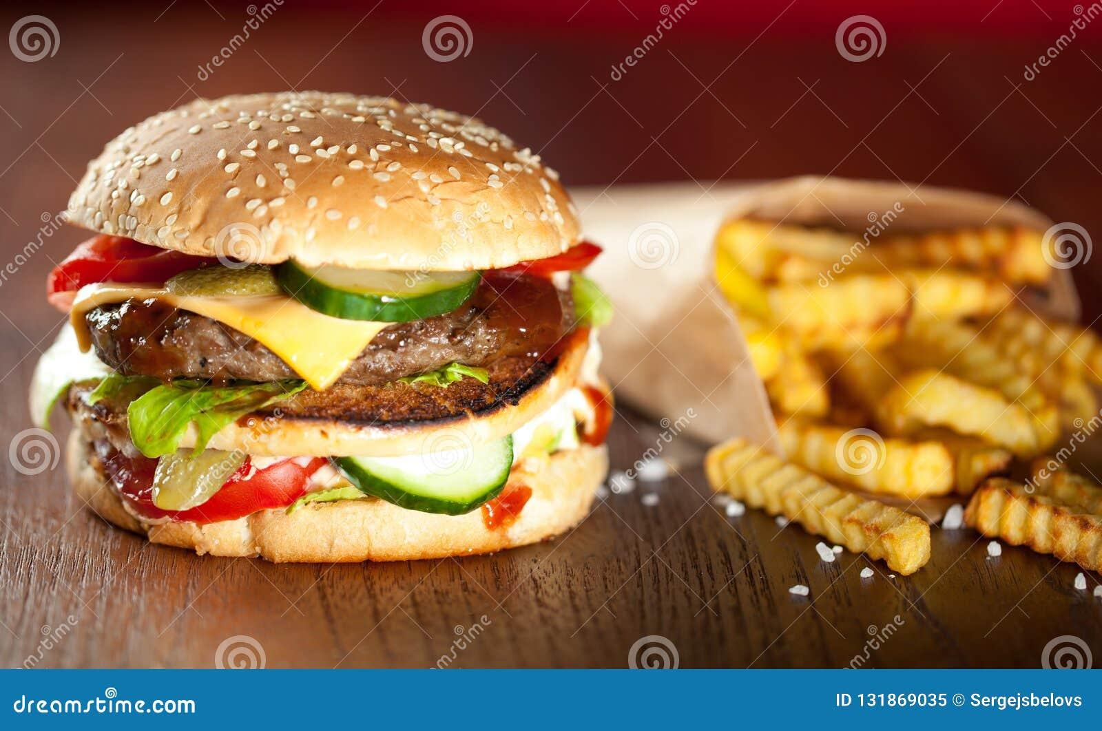 Fasta food francuza i hamburgeru dłoniaki na drewnianym tle