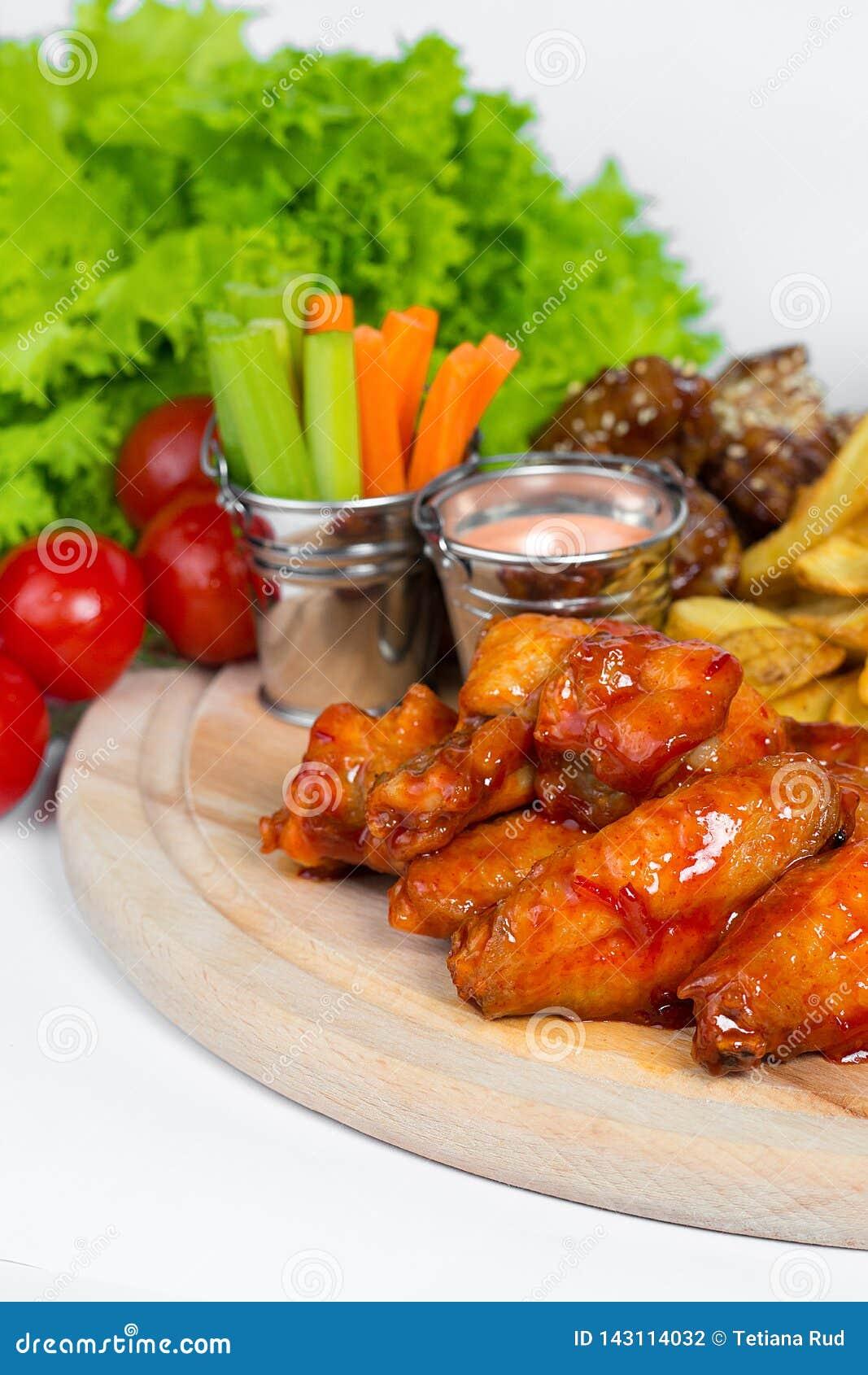Fasta food naczynie na białym tle Fasta food francuza i pieczonego kurczaka ustaleni dłoniaki Bierze oddalonego fast food