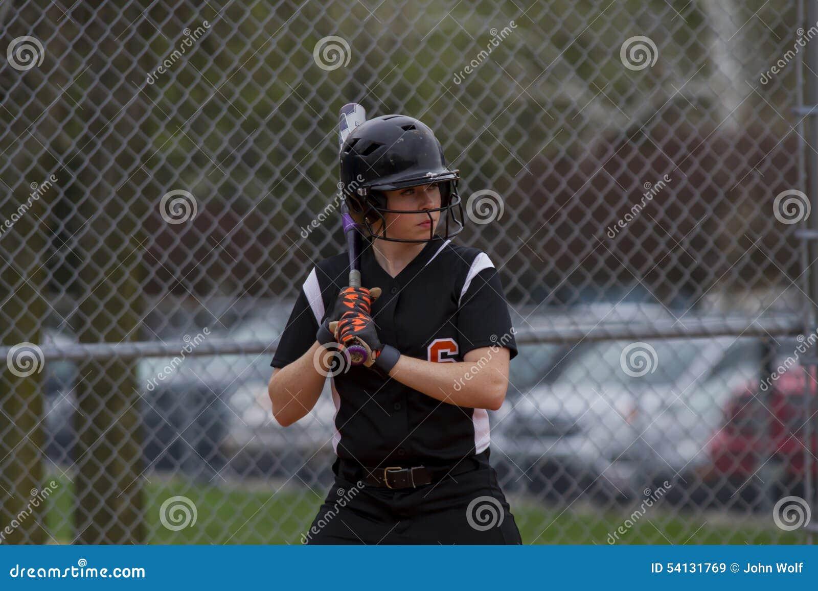 主持垒球的一个投手fastpitch女性运动员,当在击球员区时.热气球嘉年华v垒球估量稿图片