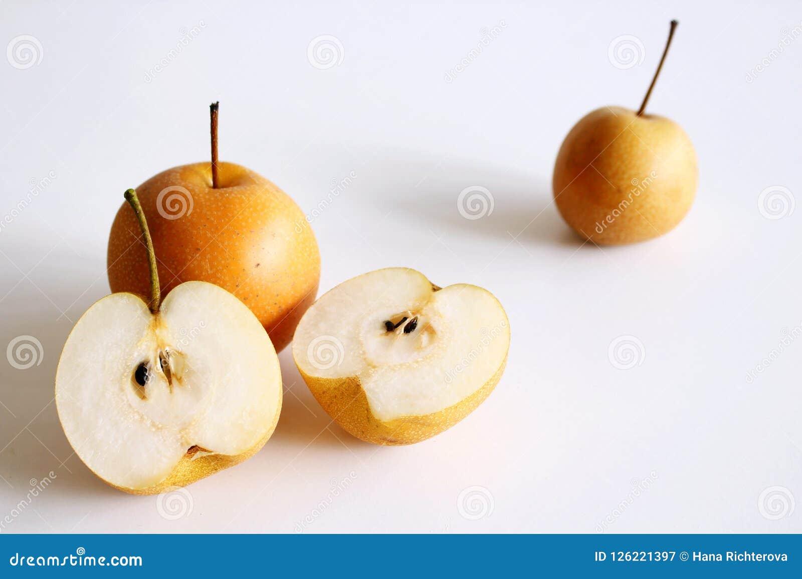 Fastställd Nashi för kinesiska guld- päron som variation isoleras på vita rund hel avsnitthalva och skiva för bakgrund två olivgr