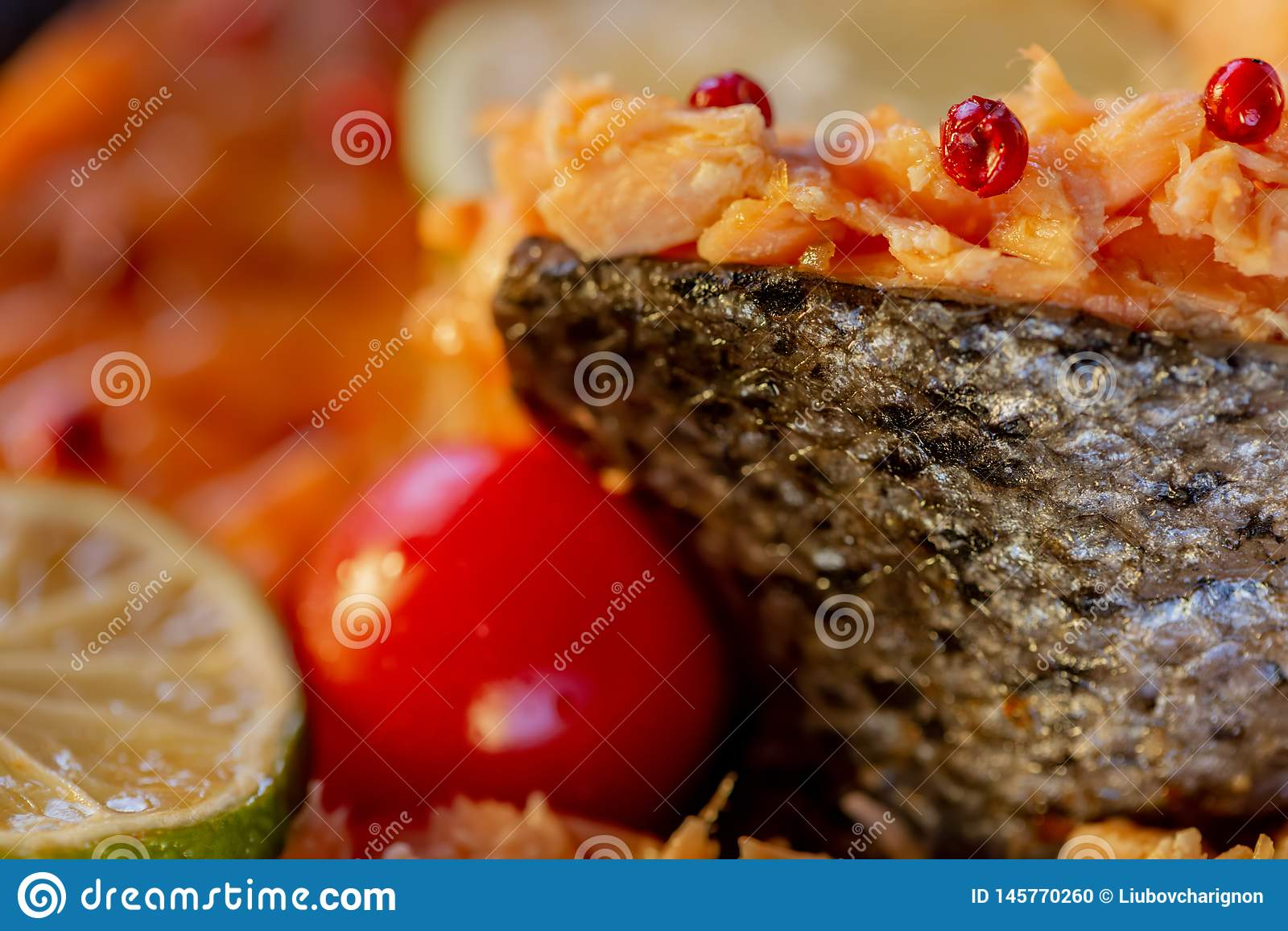 Faszerująca ryba łosoś i pomidor