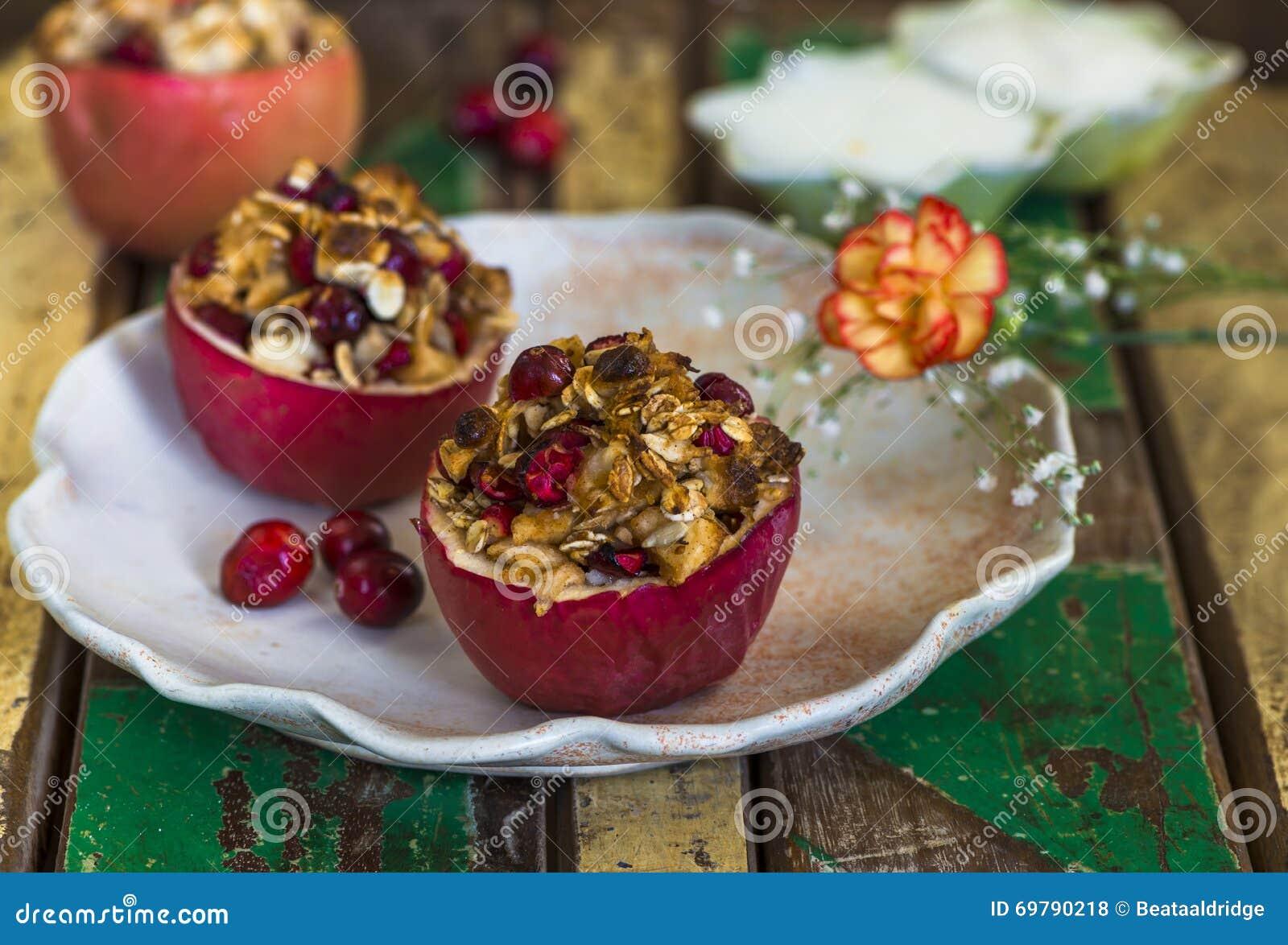 Faszeruję piec czerwonych jabłka z granola, cranberries i marcepanami,