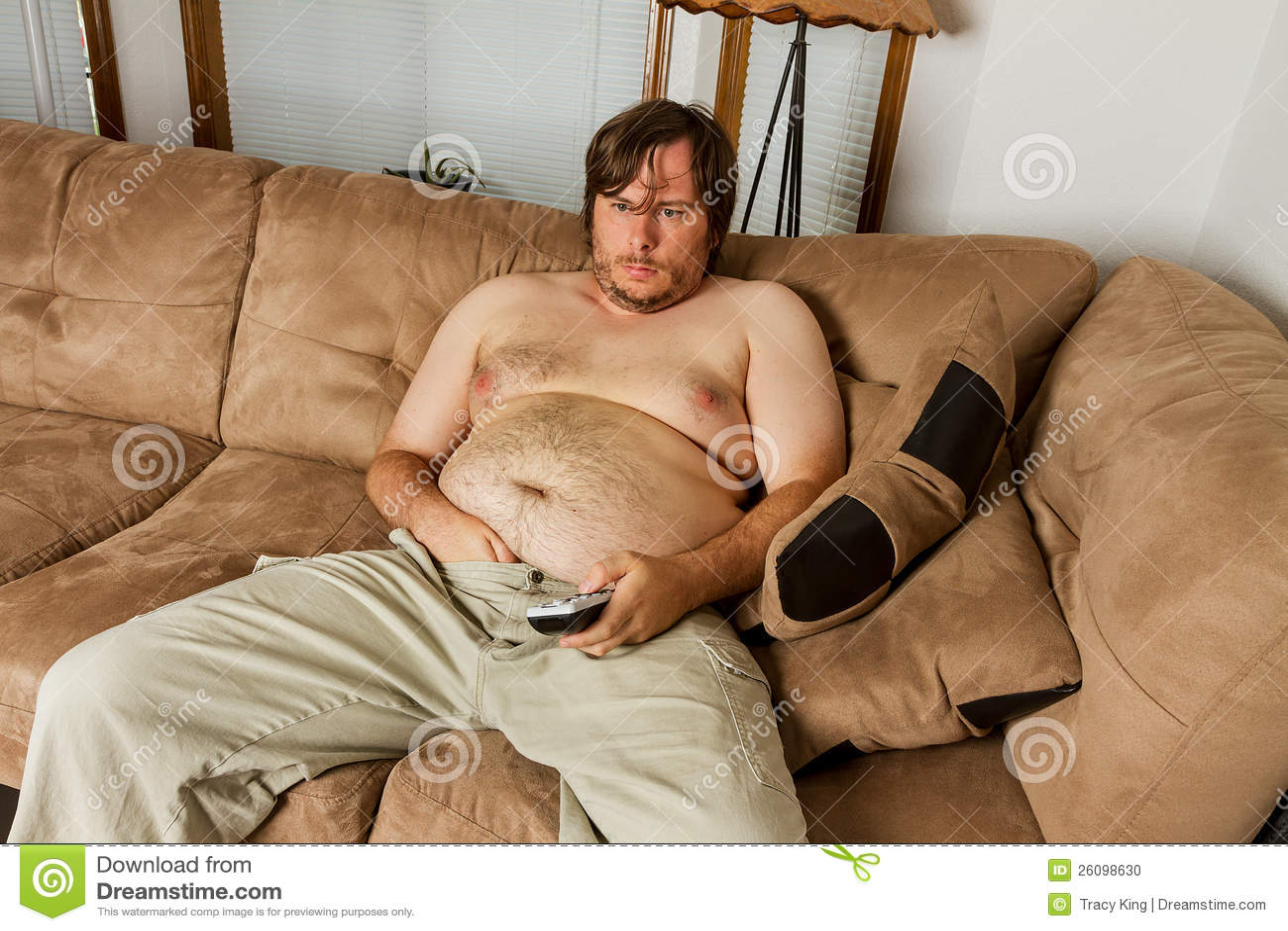 Фото мужик лежит на диване 10 фотография