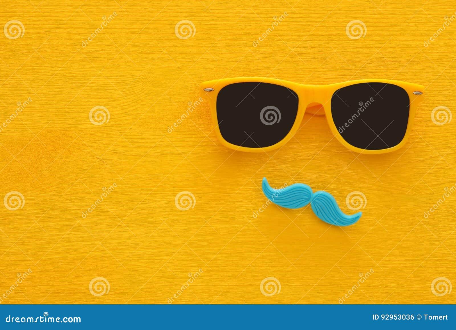Father& x27; концепция дня s Солнечные очки битника желтые и смешной усик