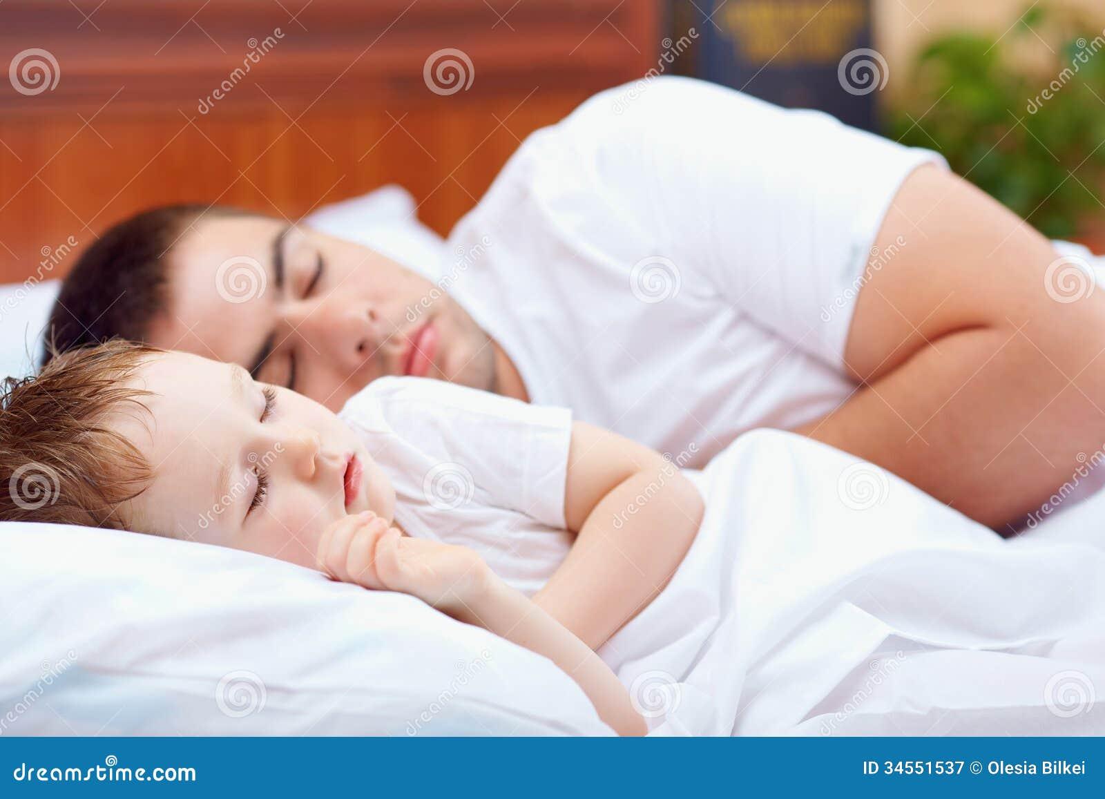 Спящая и сын 4 фотография