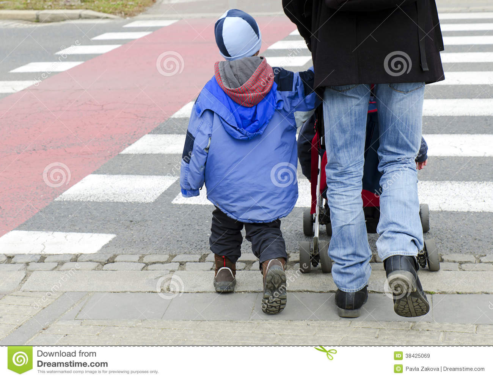 Дети на зебре фото