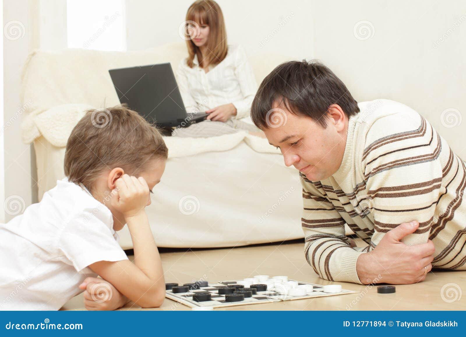 Сын с мамой играют в карты 23 фотография