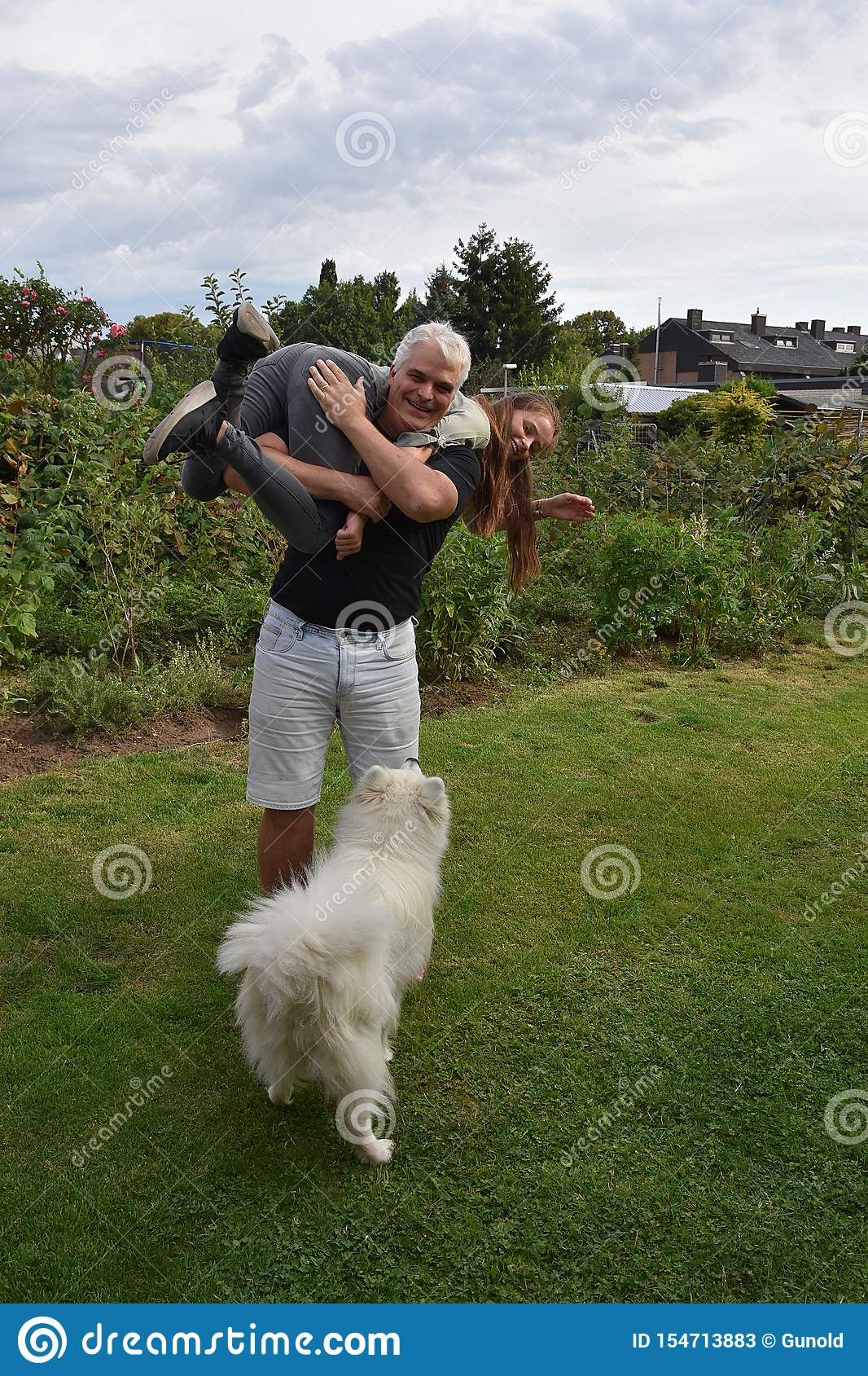 Bickering father and daughter, the dog watches surprised
