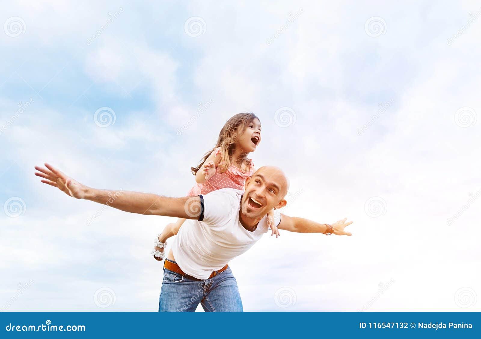 Fathrer e filha bonito que jogam como o avião