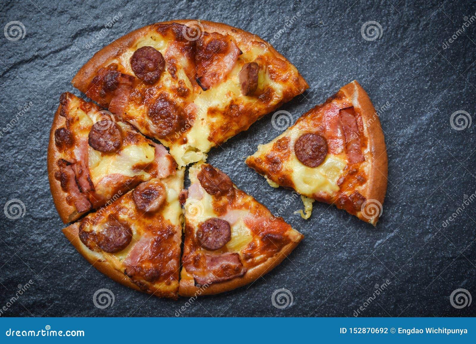 Fatia da pizza no queijo tradicional italiano da pizza do fundo escuro/fast food saboroso delicioso com mussarela, salsicha de ca