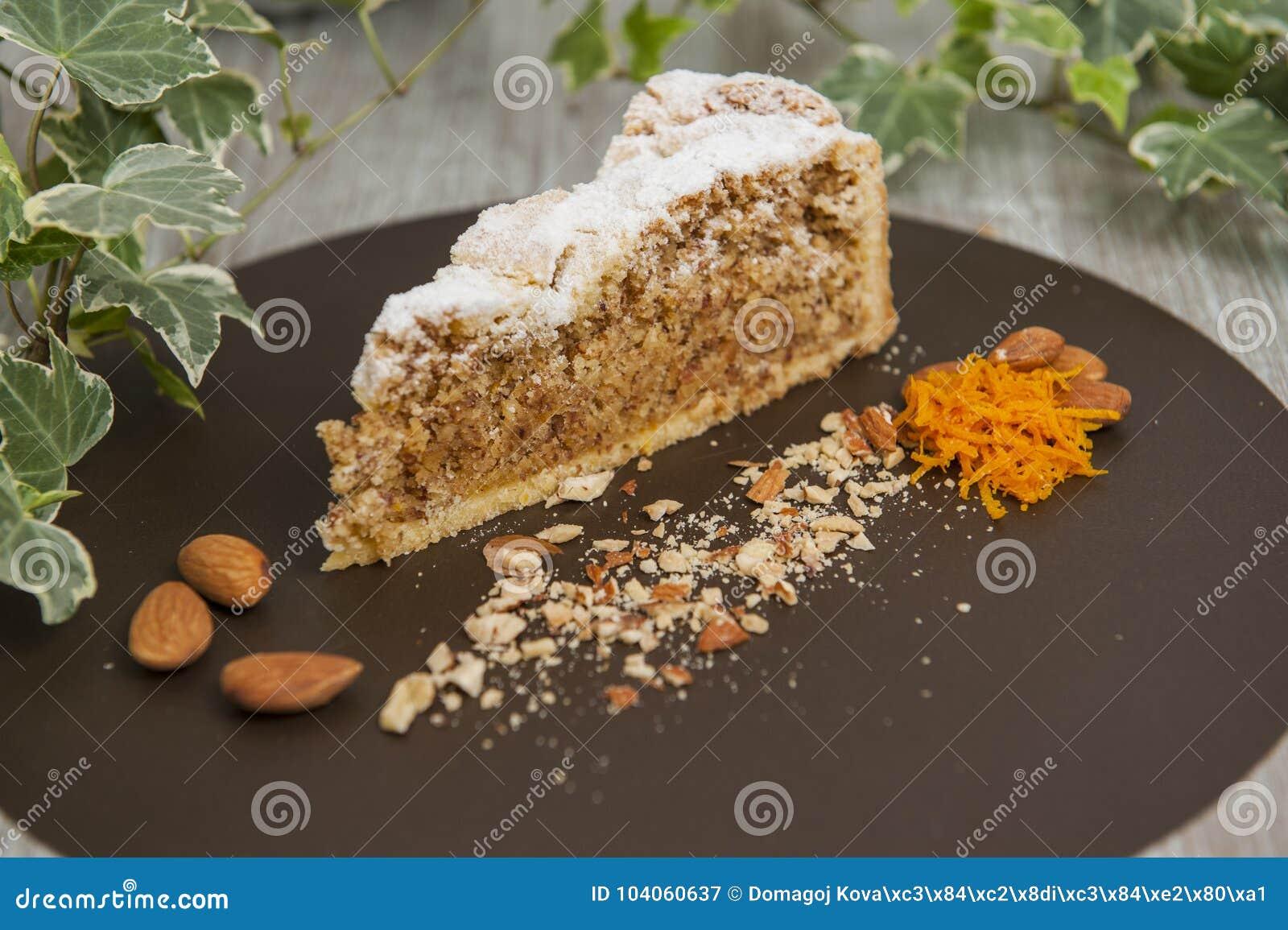 Fatia de bolo da amêndoa