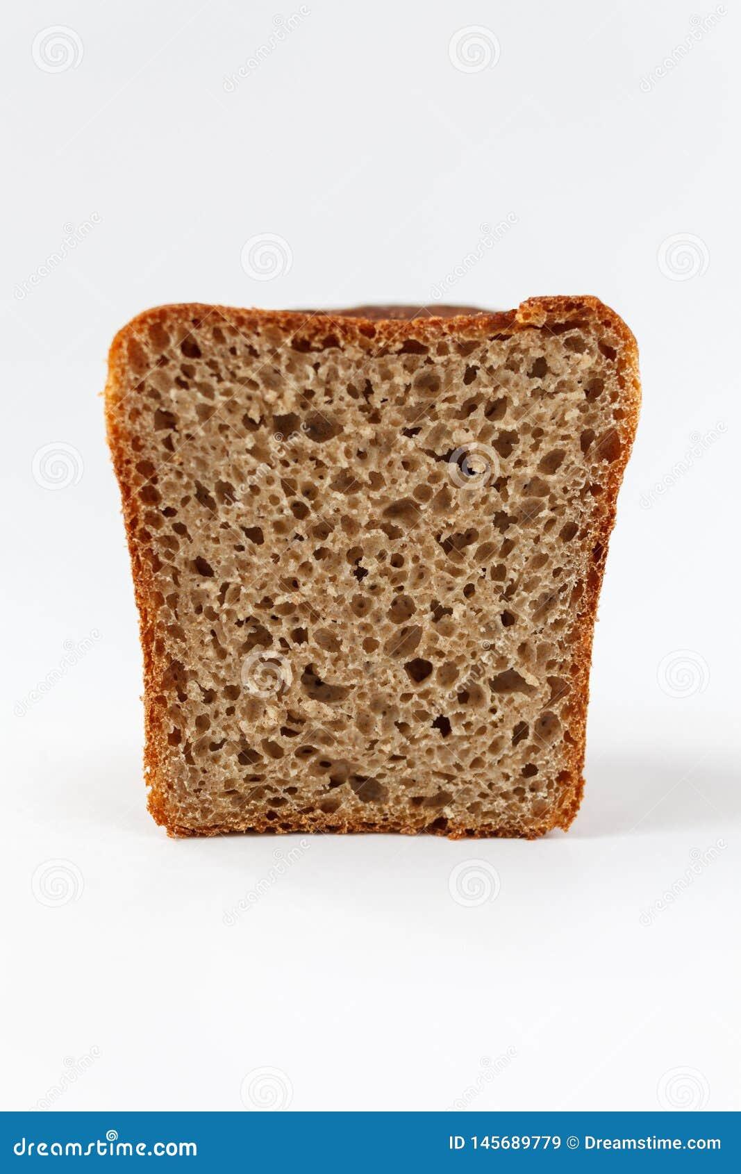A fatia de pão do pão, ícone da padaria, cortou o pão integral fresco isolado no fundo branco