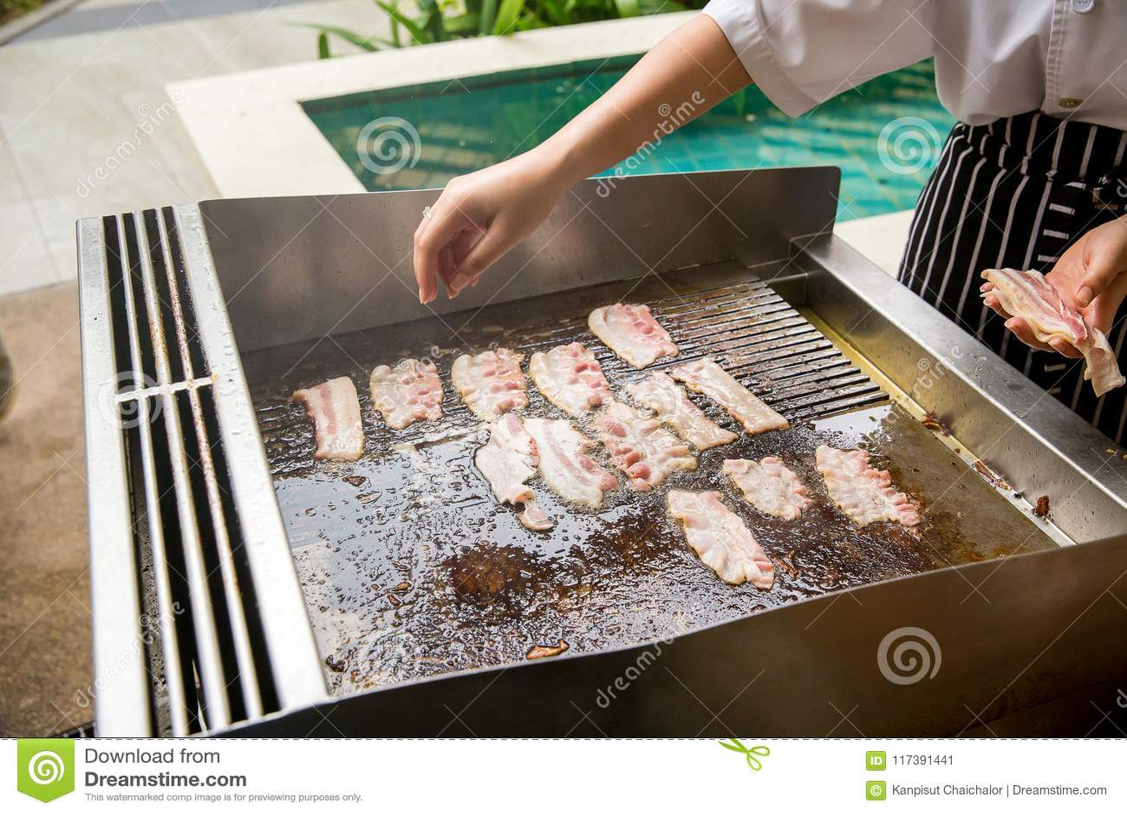 Fatia do bacon grelhada no fogão calorias altas e gordura carne de porco fumarento roasted no fogão