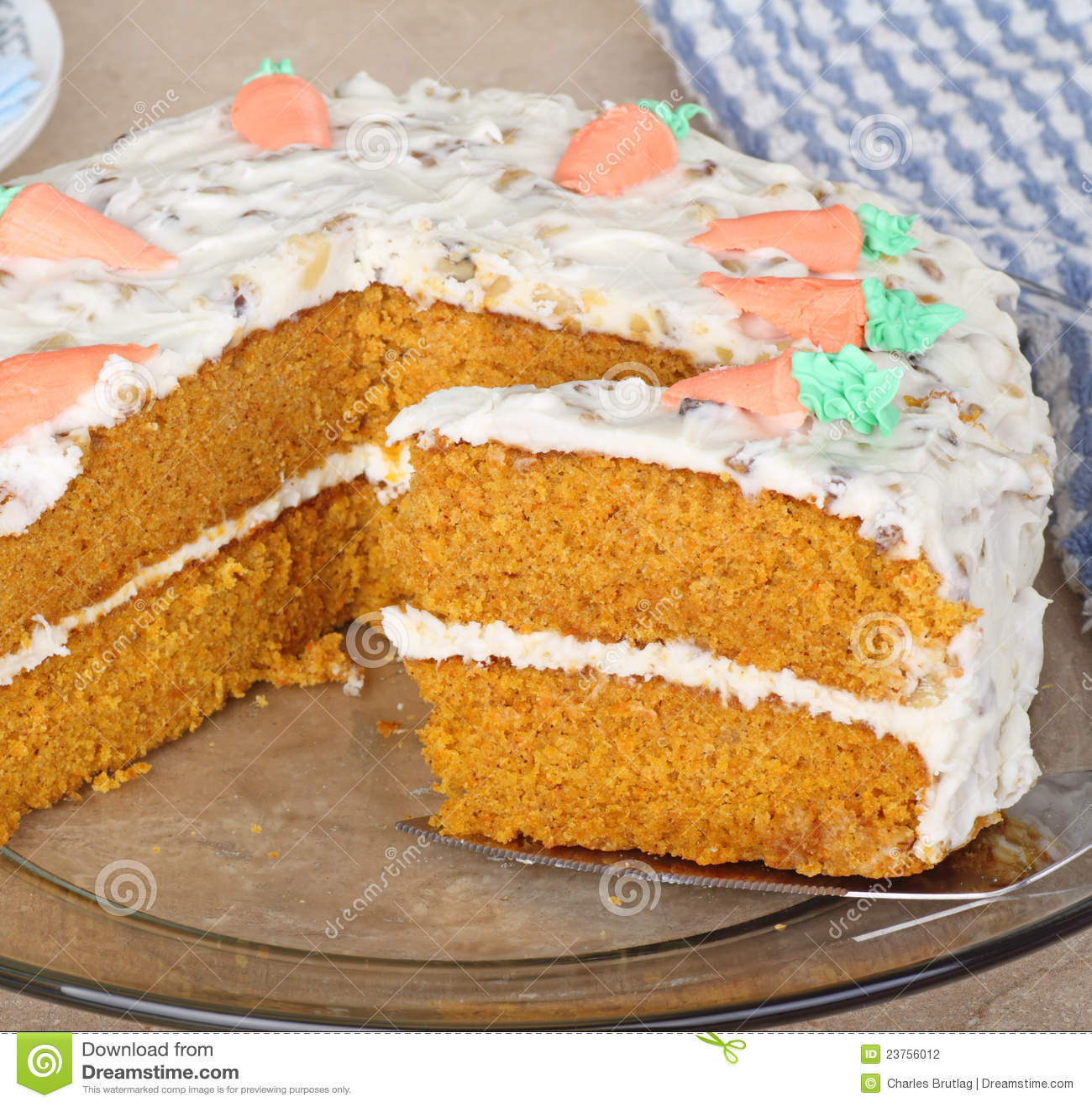 Fatia do bolo de camada da cenoura