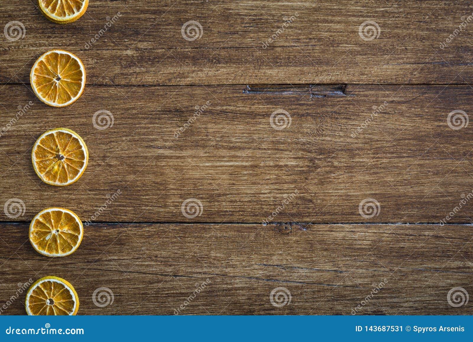 Fatias alaranjadas secadas em uma superfície de madeira
