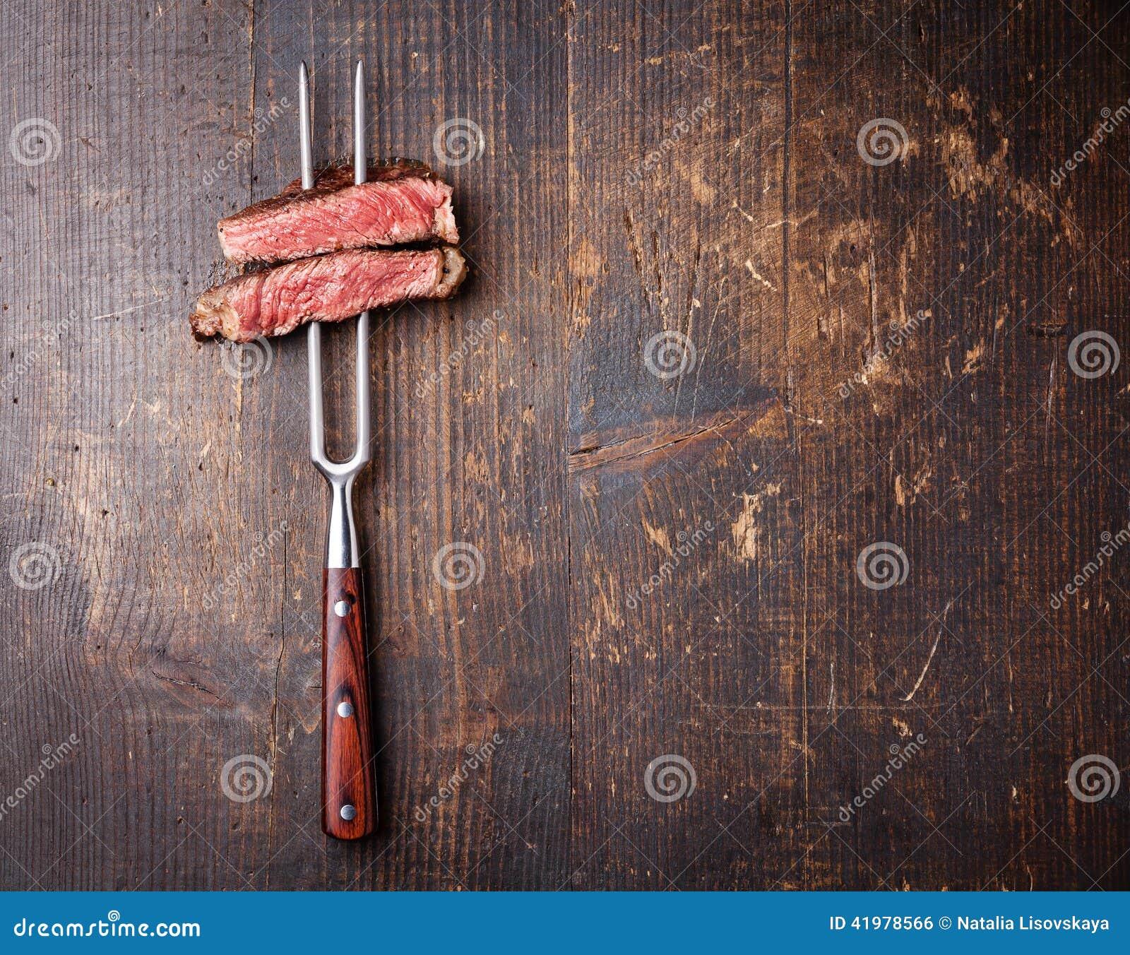 Fatias de bife na forquilha da carne