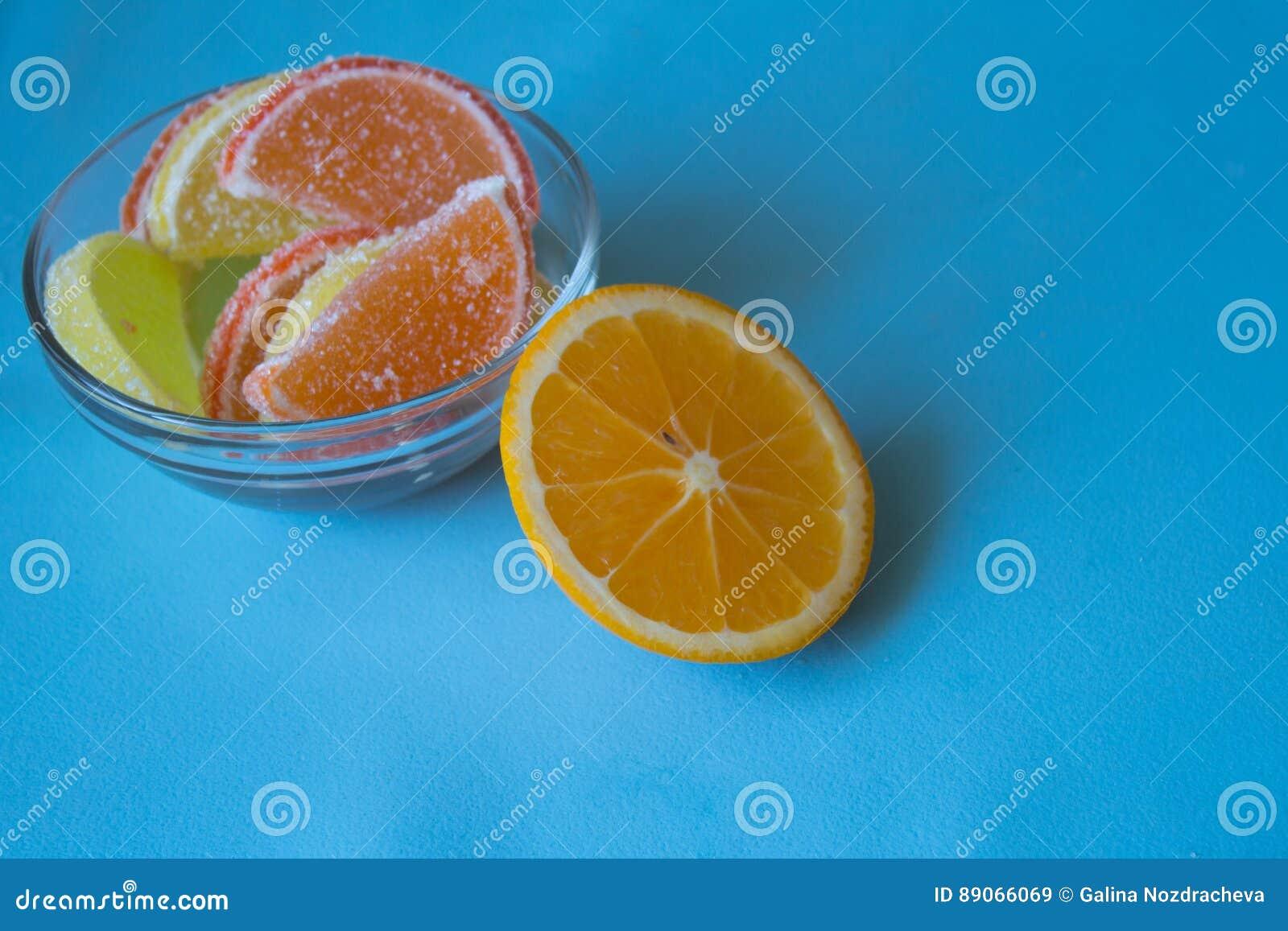 Fatias de doce de fruta limão e partes alaranjadas na placa Amarele