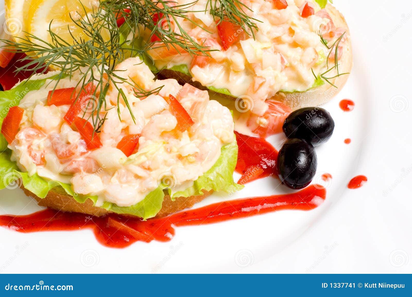 Fatias de pão com salada do camarão