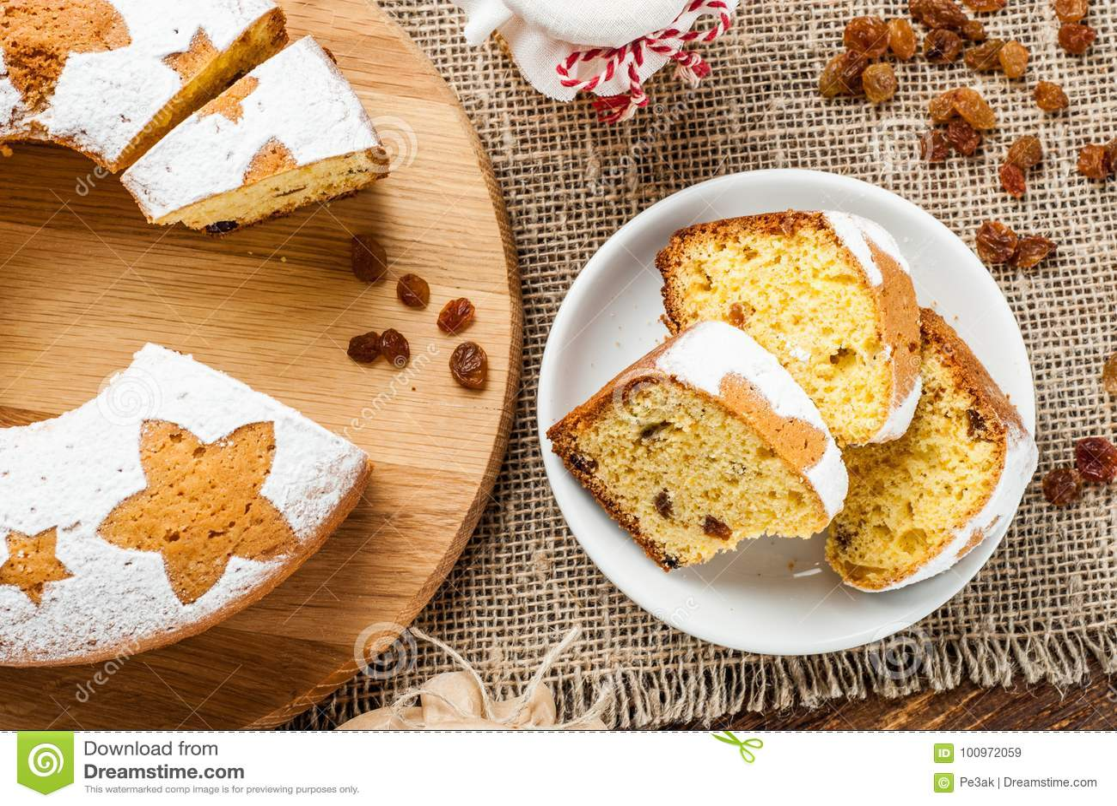Fatias tradicionais caseiros do bolo do fruto na placa branca decorada