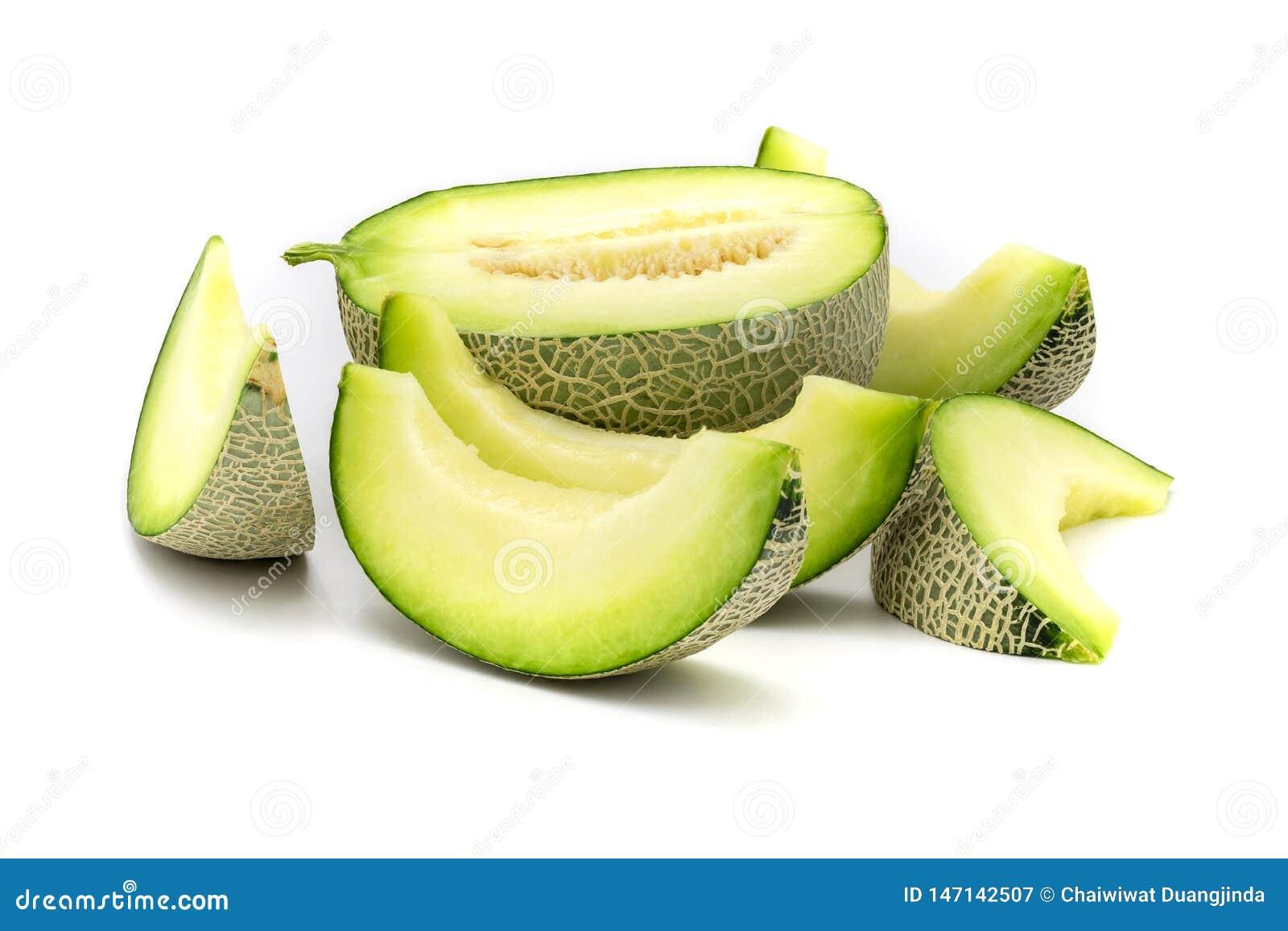 Fatias verdes do melão isoladas no fundo branco
